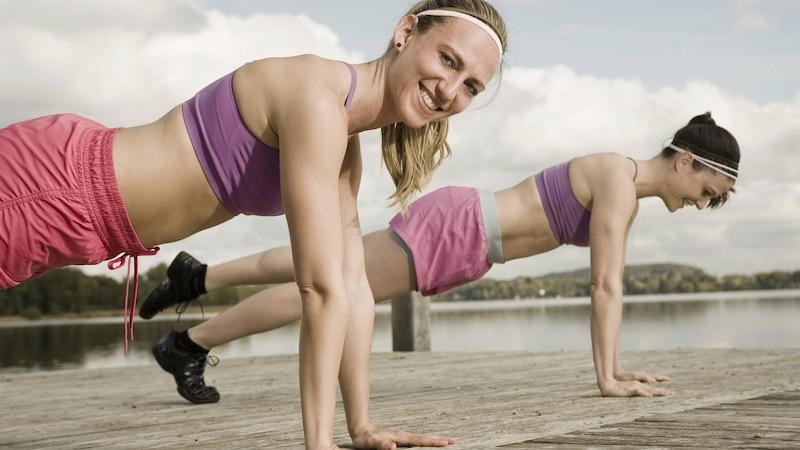 Wenn verkürzte Push Ups für Sie zu einfach sind, können Sie auch in die verlängerte, klassische Liegestützt-Position gehen.