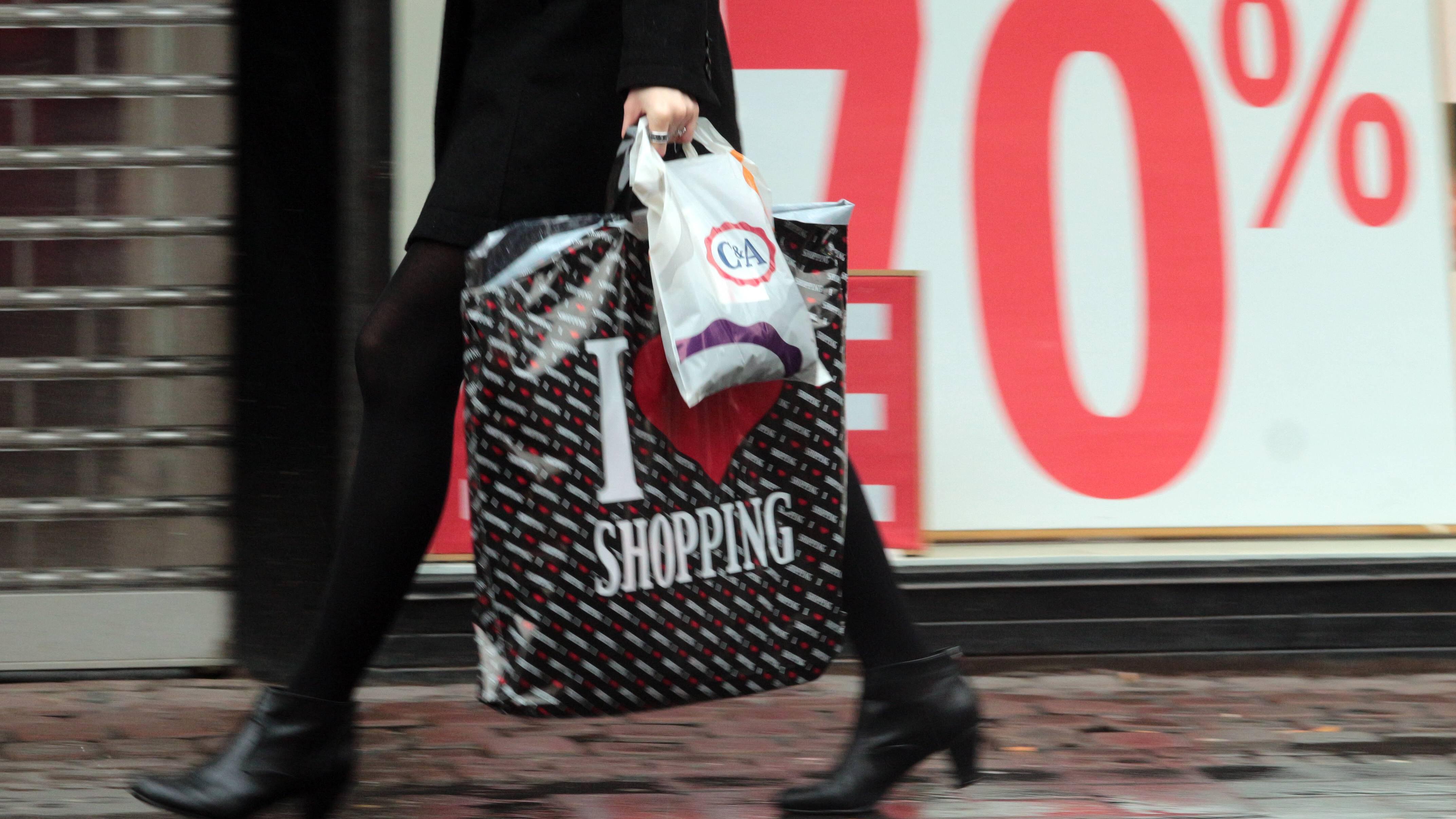 Weniger Konsum lässt sich unter anderem durch Meidung von Werbung erreichen.