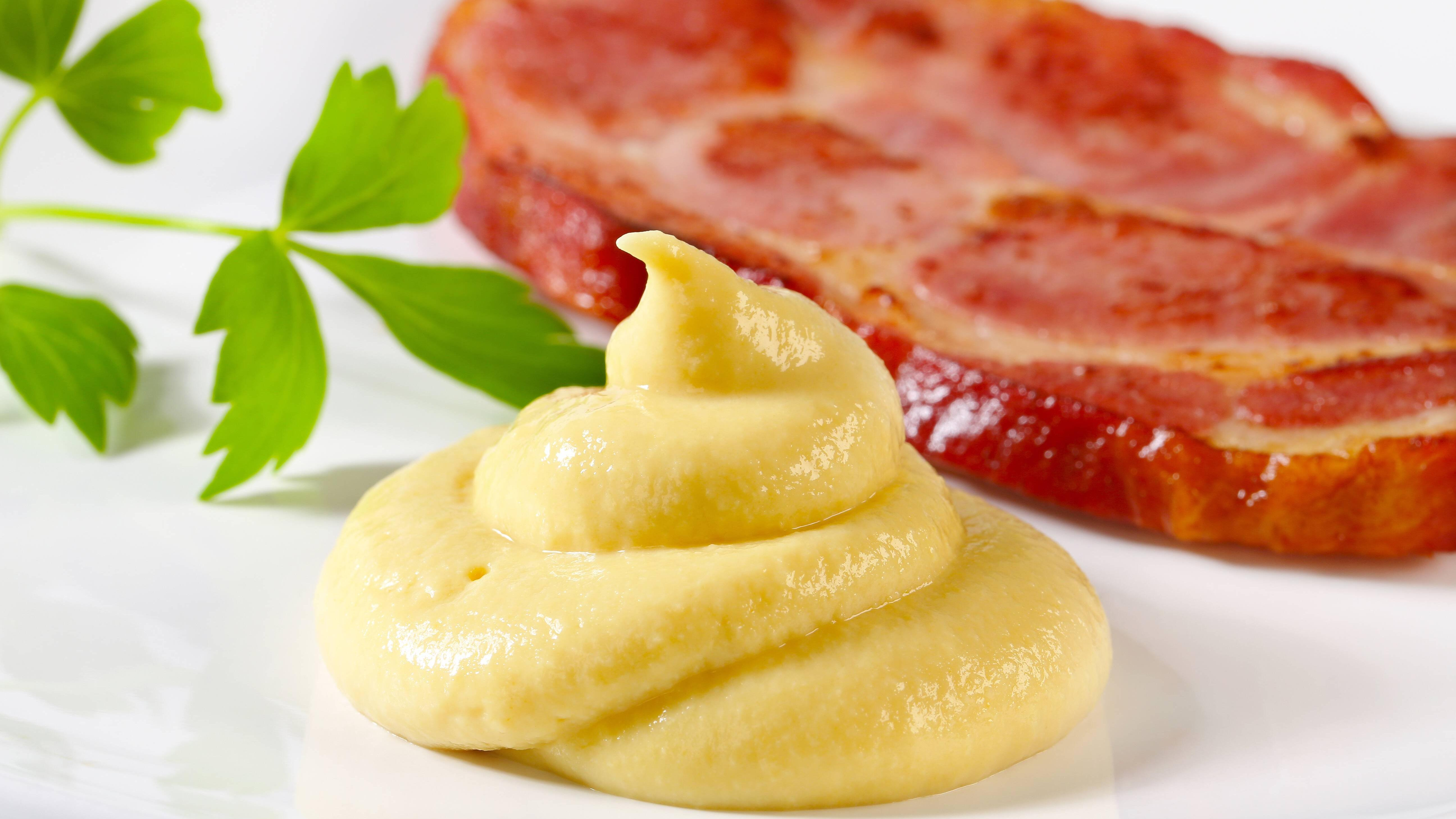 Um Senfflecken zu entfernen, brauchen Sie nicht unbedingt teure Reinigungsmittel.