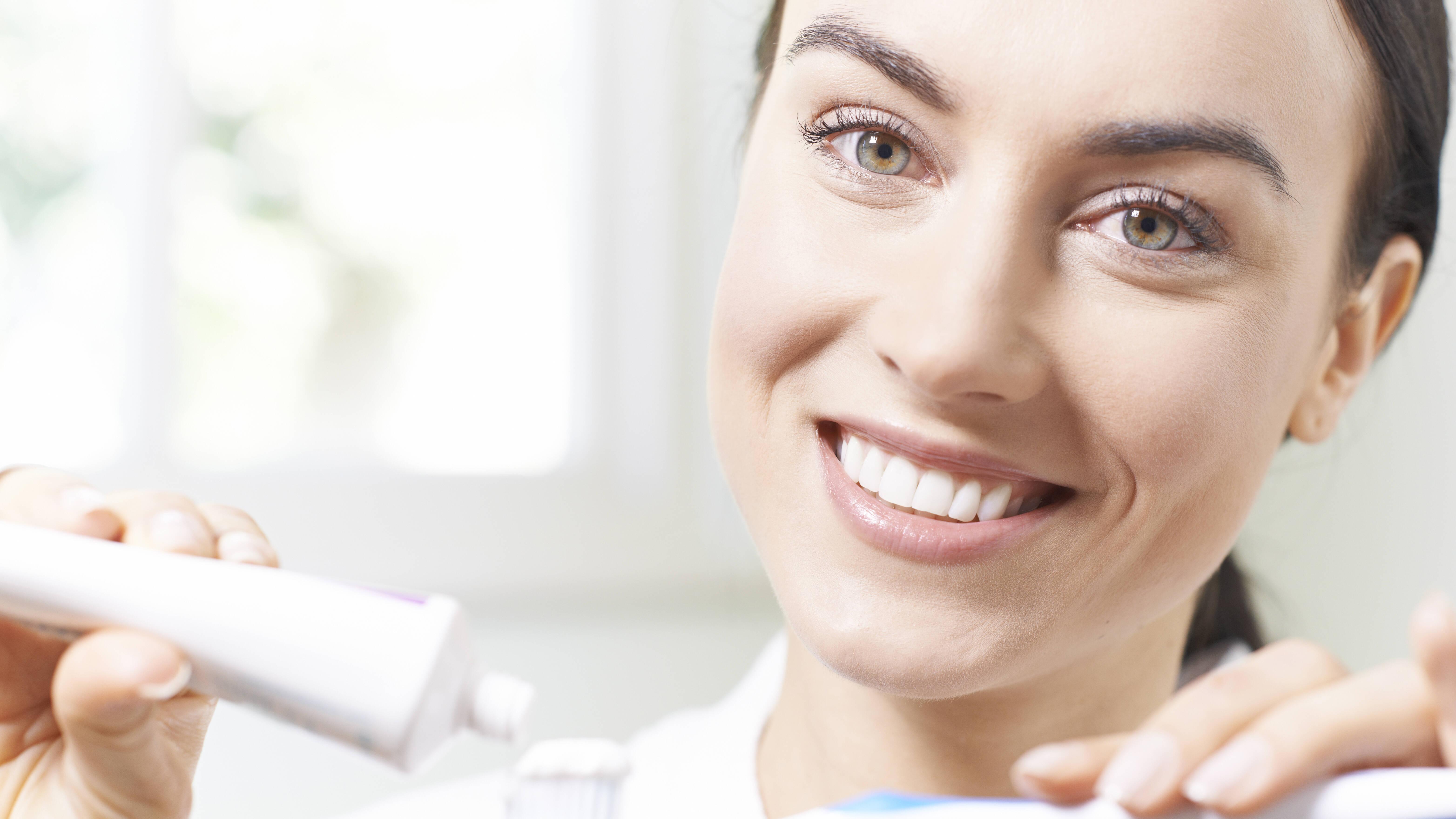 Zahnpasta hilft zwar gegen Pickel, aber dennoch sollten Sie auf andere Hausmittel zurückgreifen.