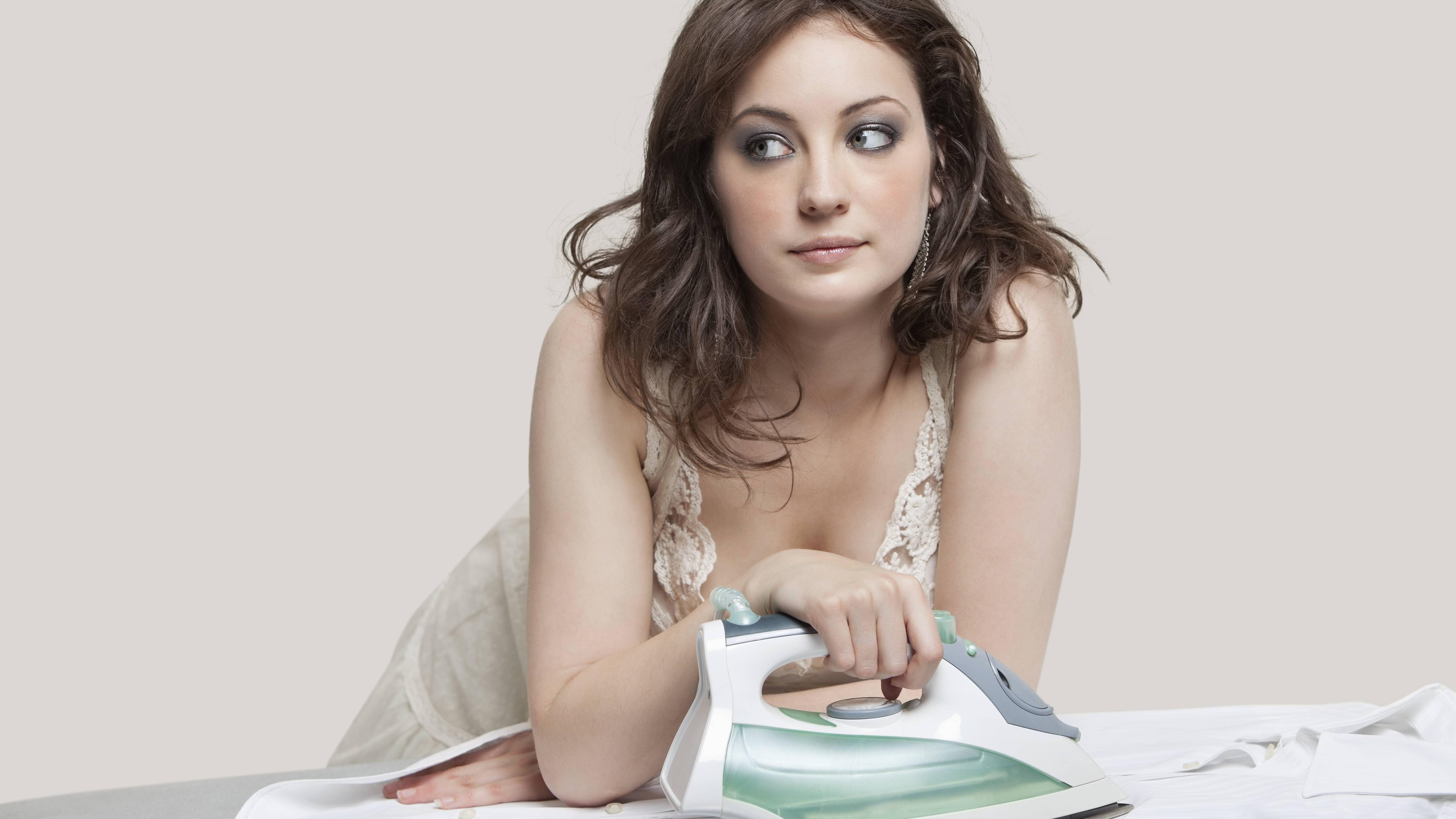 Mit Löschpapier und Bügeleisen entfernen Sie Fettflecken aus Ihrer Kleidung.