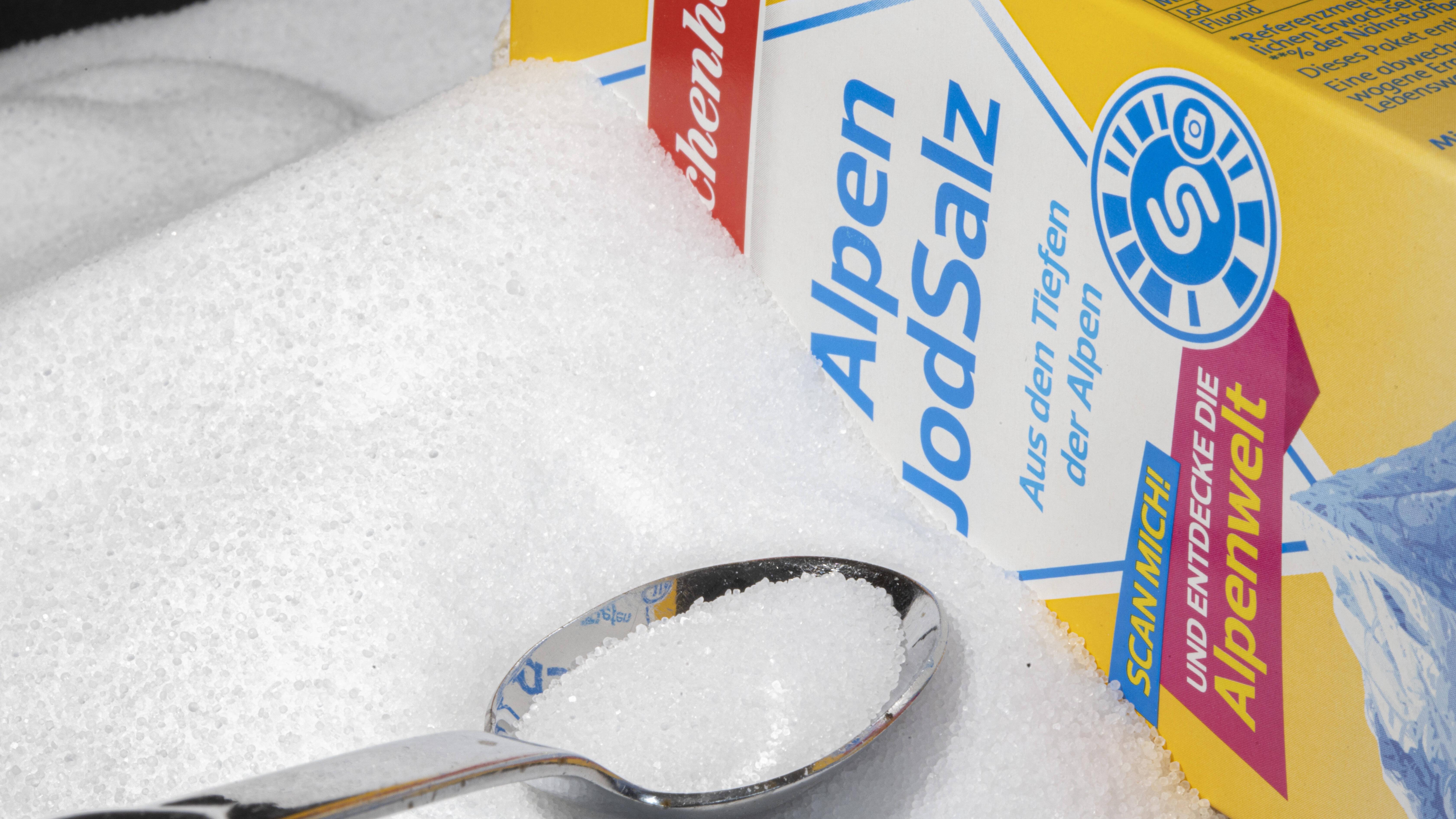 Achten Sie beim Kauf von Salz auf zugesetztes Jod, damit Sie Ihren Tagesbedarf decken können.