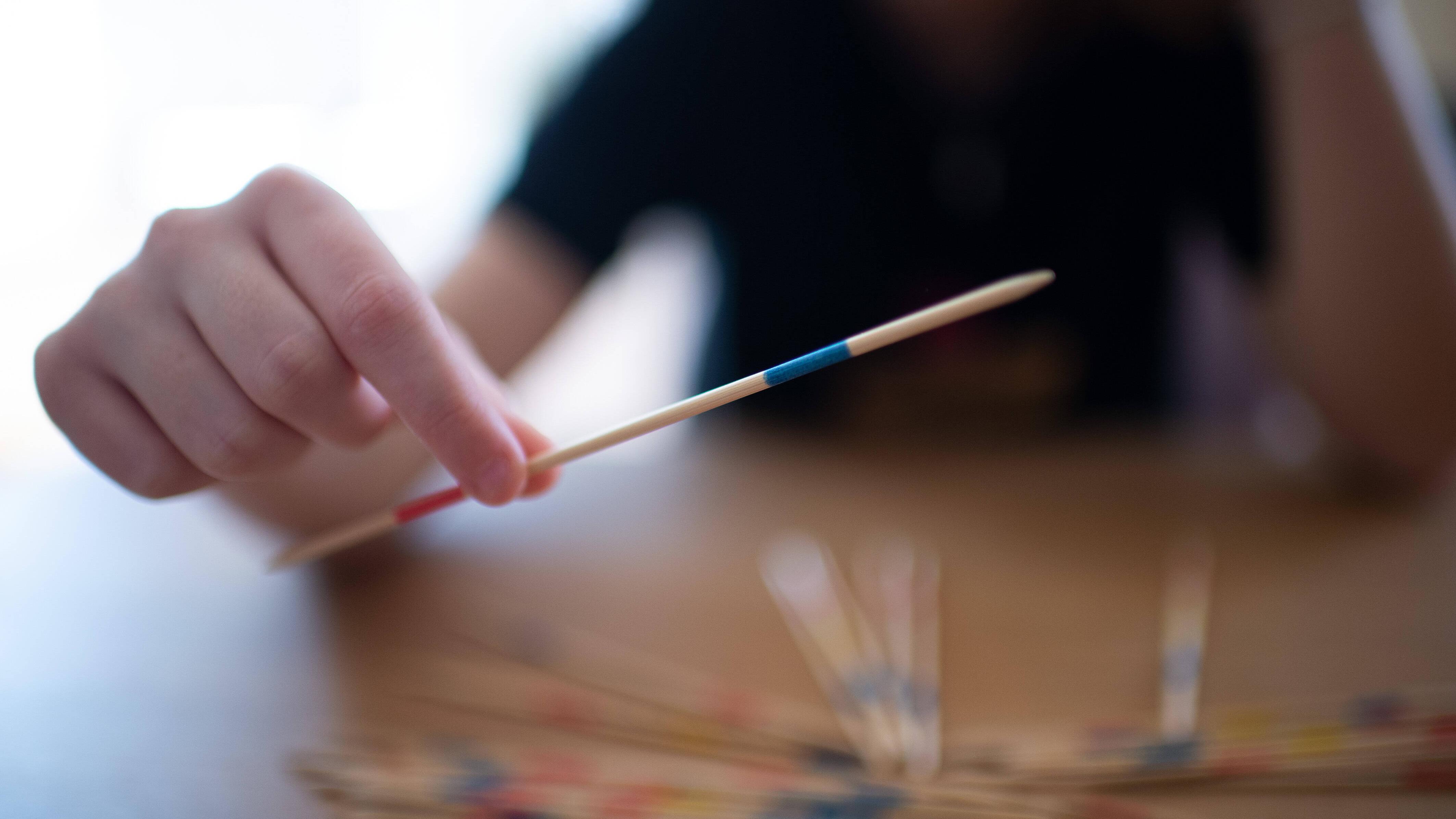 Mikado Geschicklichkeitsspiel für Kinder - Spielregeln einfach erklärt