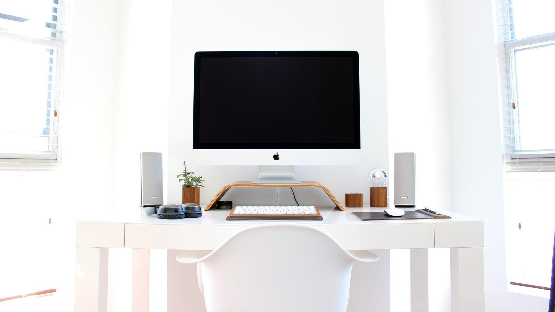 Einfache Tipps helfen Ihnen dabei Ordnung auf dem Schreibtisch zu halten.