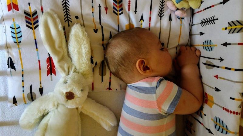 Neugeborenes schläft den ganzen Tag: Das müssen Eltern wissen