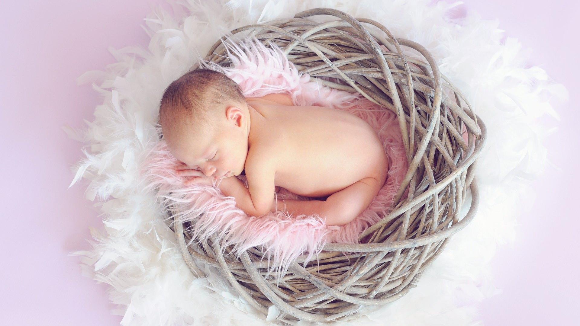 Dass Neugeborene den ganzen Tag schlafen, ist normal und nicht ungewöhnlich.