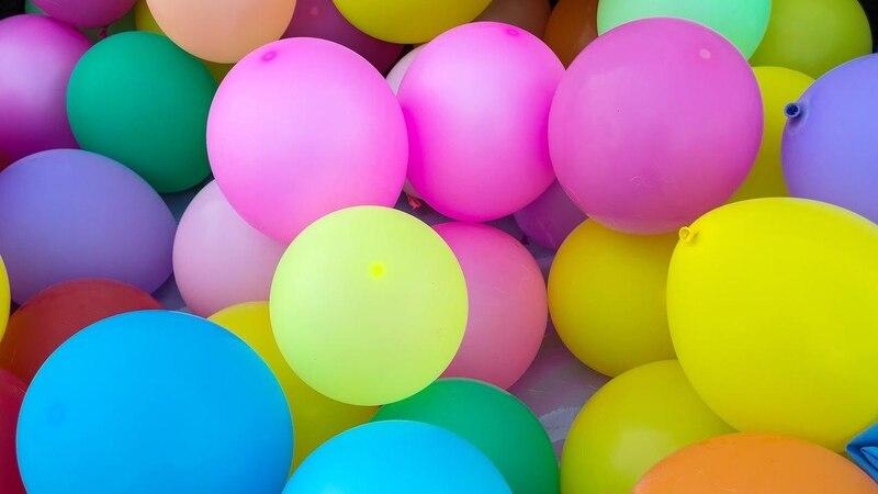 Mit ein paar bunten Luftballons, Garn, etwas Tapetenkleister und Deko-Ostereiern lässt sich ein toller Osterkranz basteln.