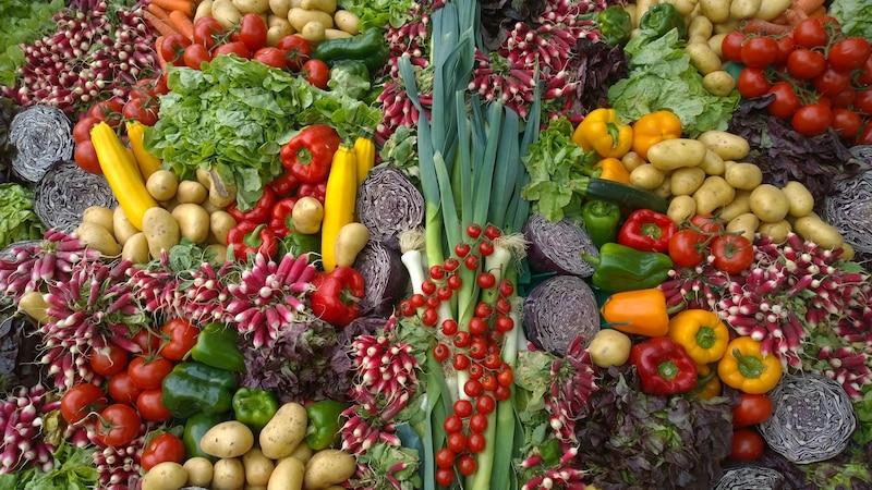 Mehr Gemüse essen Sie beispielsweise, wenn Sie gezielt einkaufen gehen und auf ungesunde Snacks verzichten.
