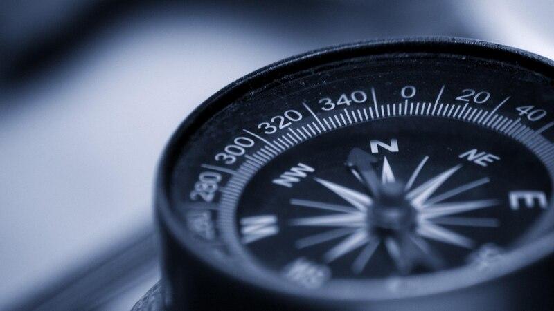 Benutzen Sie einen Kompass, können Sie leicht die Marschrichtung bestimmen.