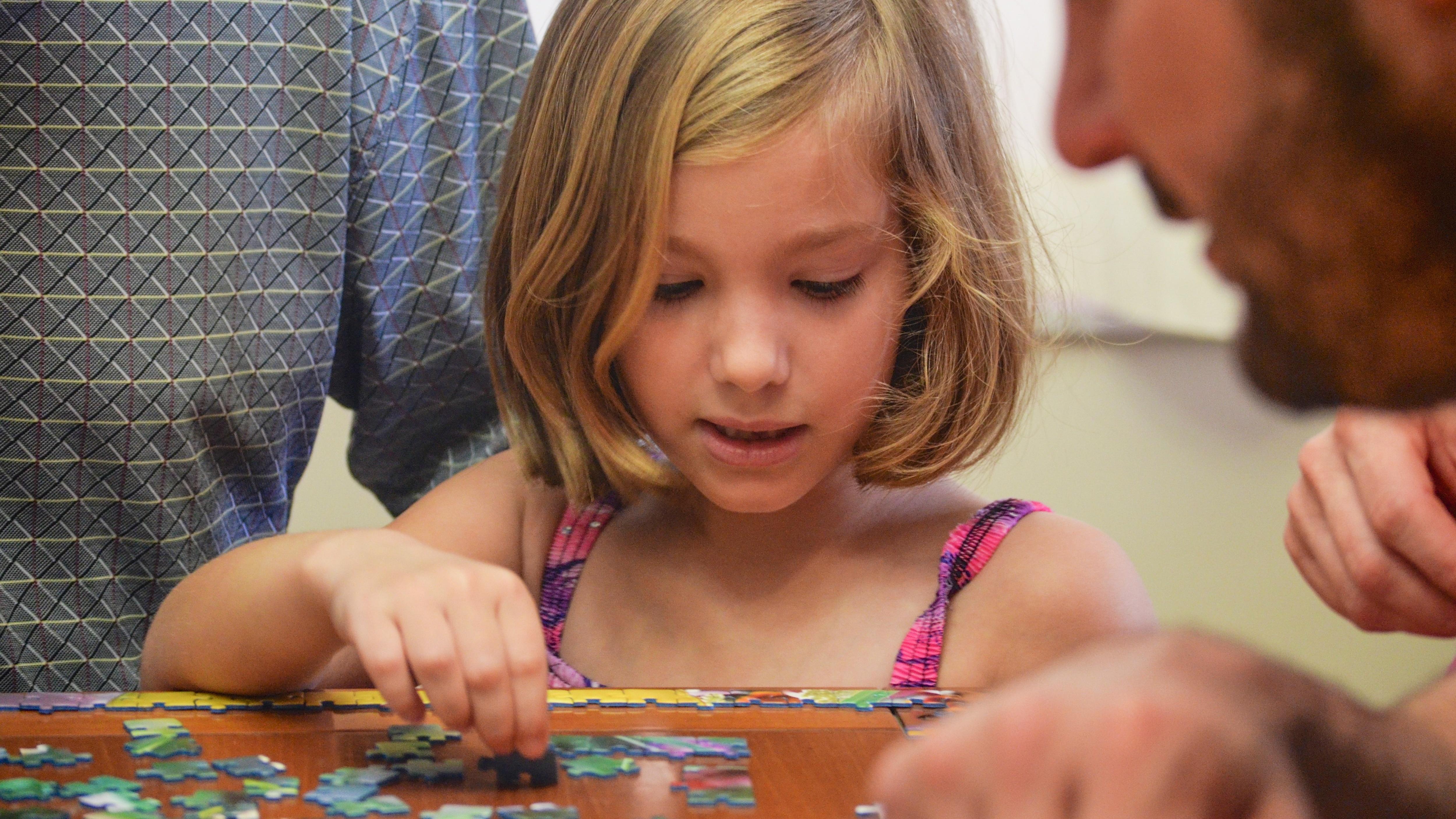 Puzzles sind beliebte Denkspiele für Kinder. Ob Baby, Kleinkind oder Schulkind - für jede Altersklasse gibt es die passenden Varianten. Die Zahl der Puzzleteile steigt dabei mit dem Alter der Kinder an.