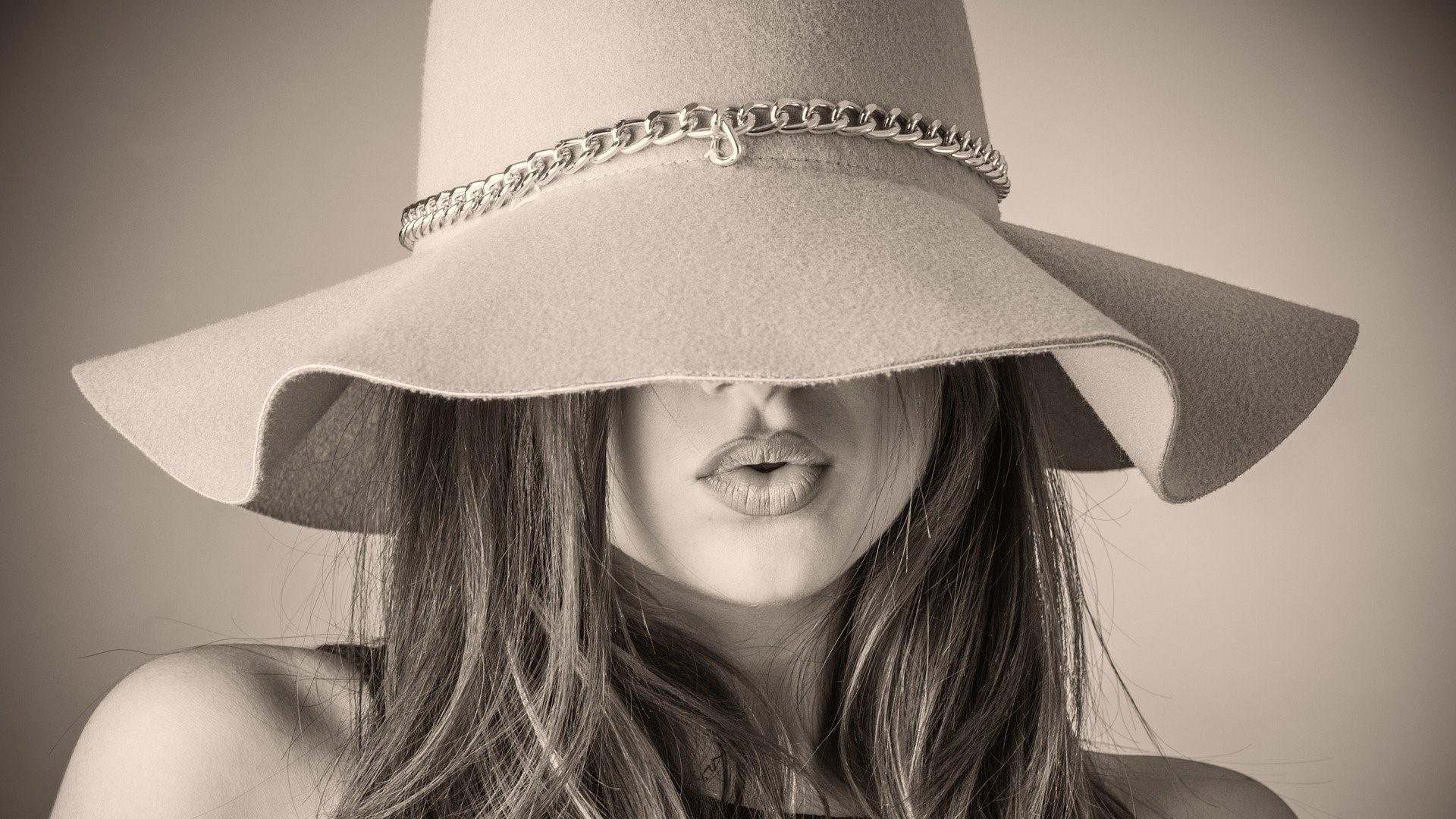 Fettiges Haar verstecken - beispielsweise mit einem Hut