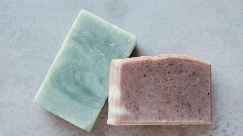 Fest statt flüssig? Wir zeigen Ihnen wie man neue feste Seifen und Shampoos gut und günstig aufbewahrt.
