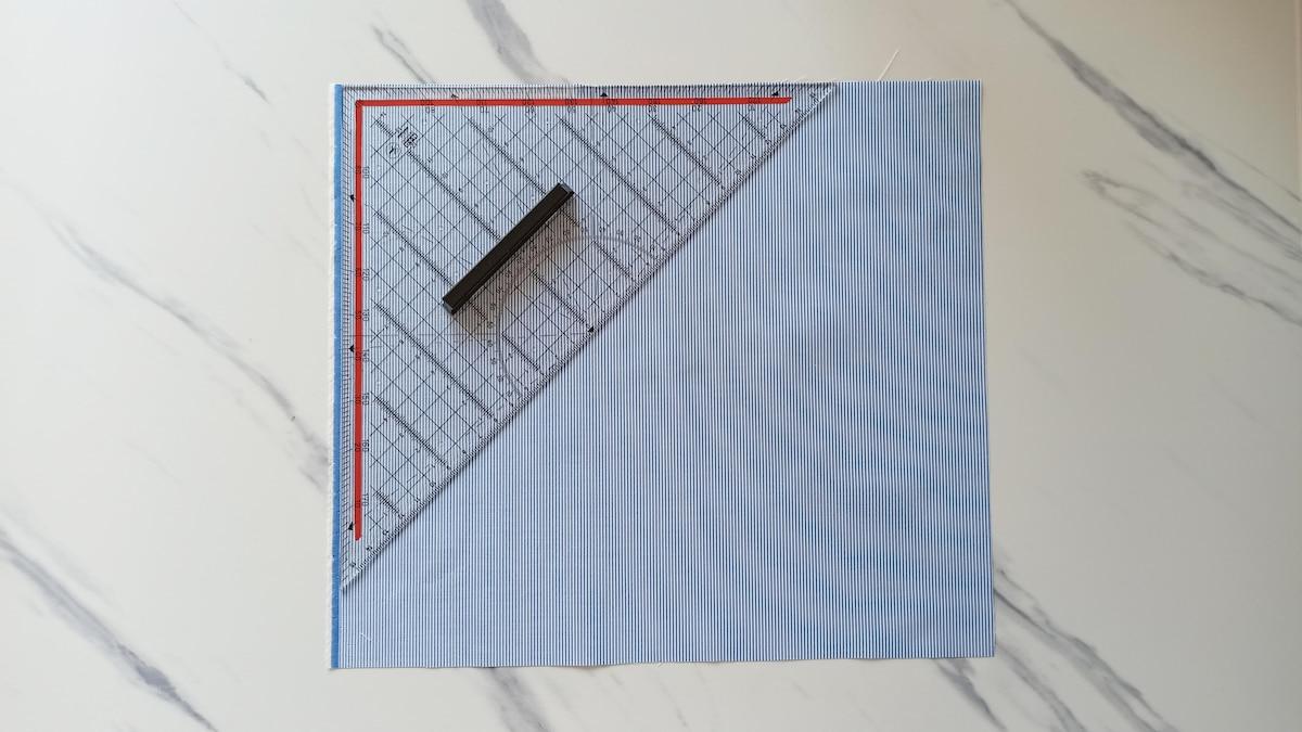 Um ein Schrägband selber zu machen, arbeiten Sie diagonal zum Fadenlauf.
