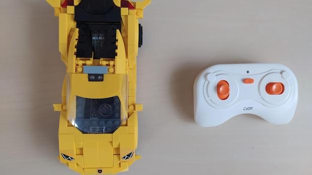 Viele CaDA-Modelle zeichnen sich durch einen hohen Technisierungsgrad aus. Dieses gelbe Rennfahrzeug wird über eine Fernsteuerung bedient und sorgt neben dem Bauspaß auch für viel Spielfreude