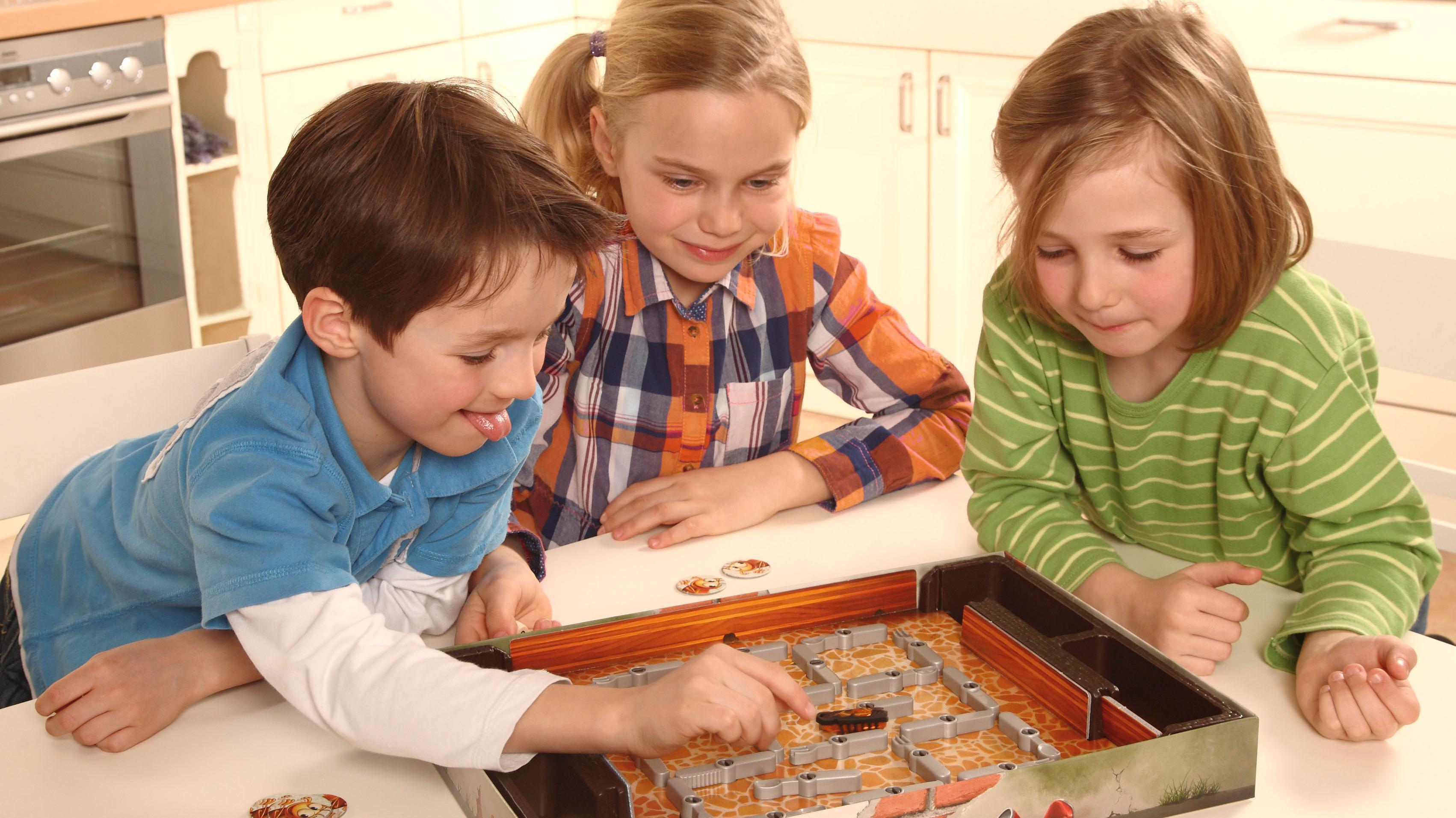 Das Spiel Kakerlakak ist ein kurzweiliges Familienspiel mit einer Roboter-Kakerlake.