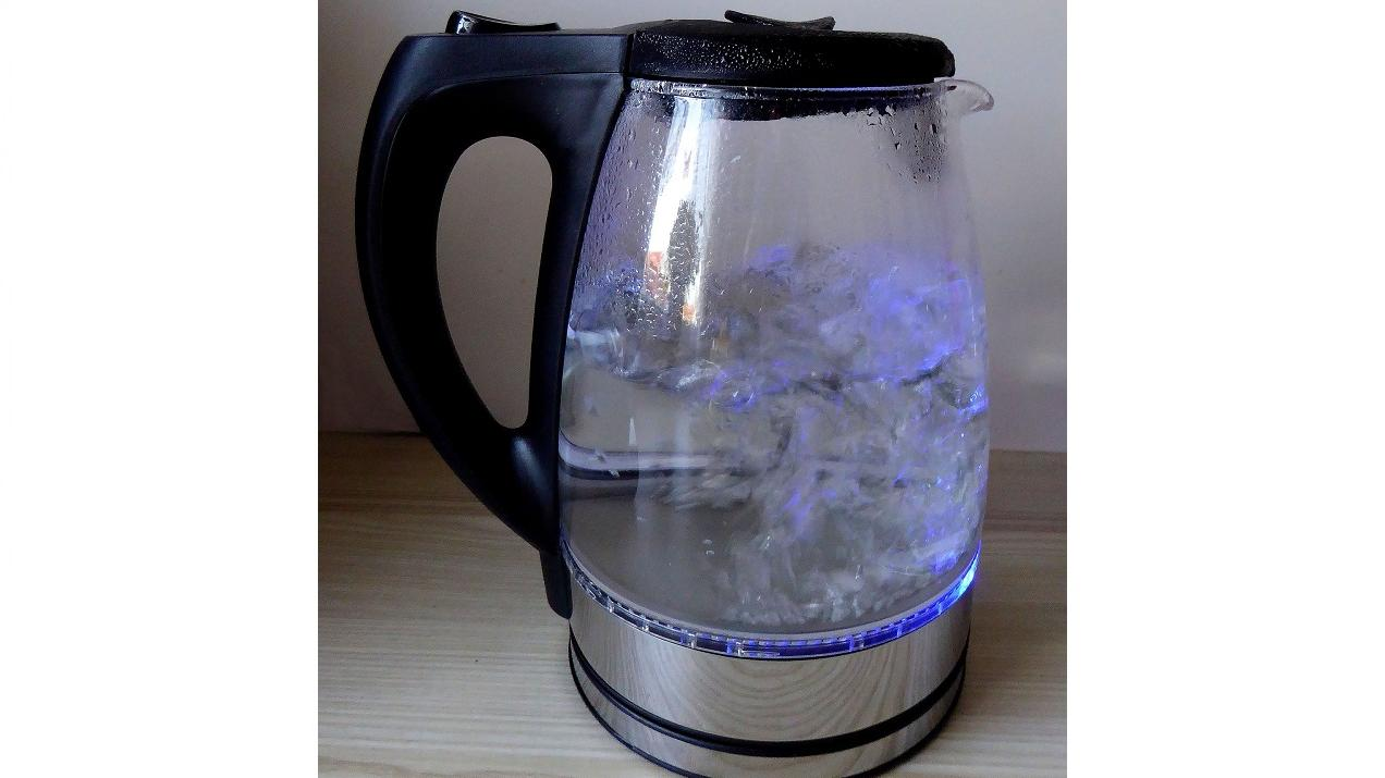 Einen Wasserkocher kann man mit Essig entkalken.