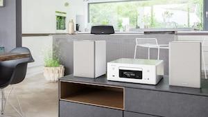 Kompaktanlagen wie die Denon CEOL N-10 fügen sich perfekt in jede Wohnlandschaft ein.