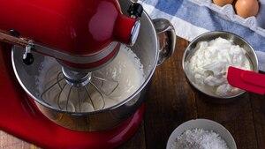 Die Küchenmaschine hilft beim Kochen und Backen.
