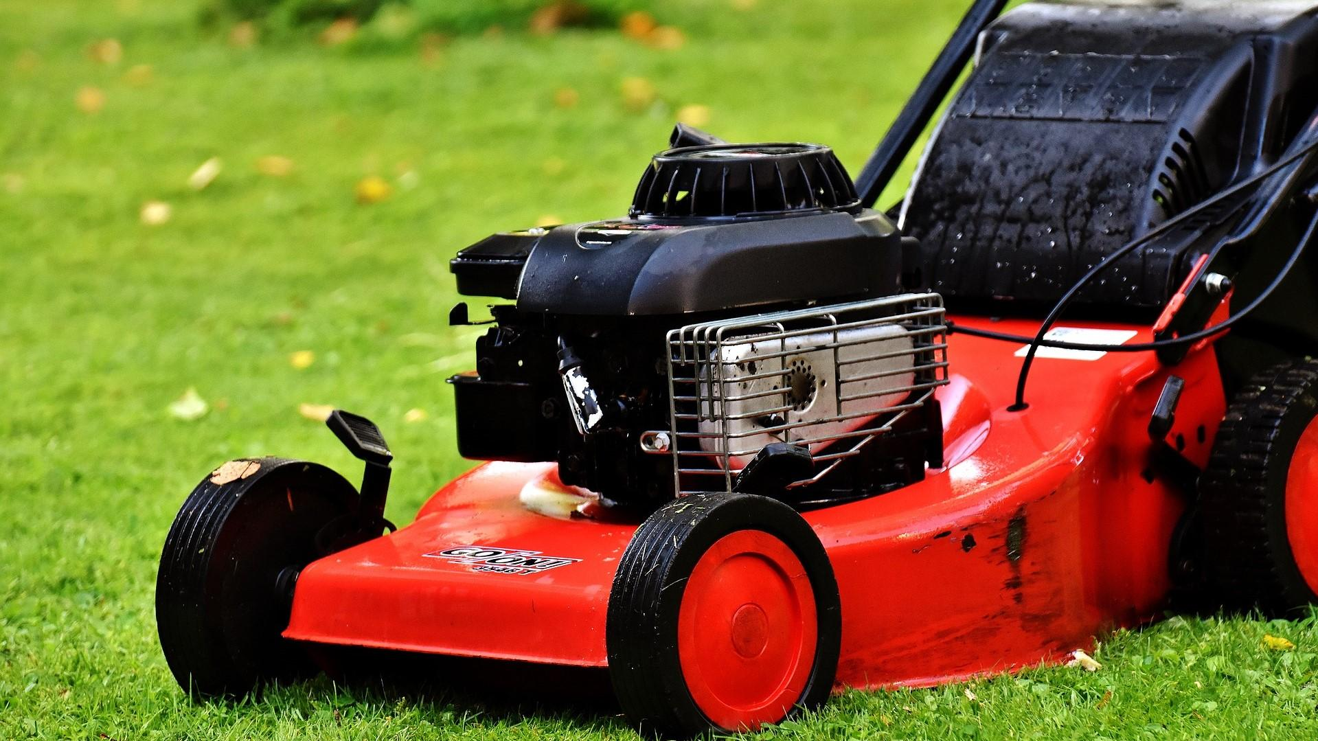 Wenn Ihr Rasenmäher nicht mehr richtig funktioniert, kann es helfen, den Vergaser neu einzustellen