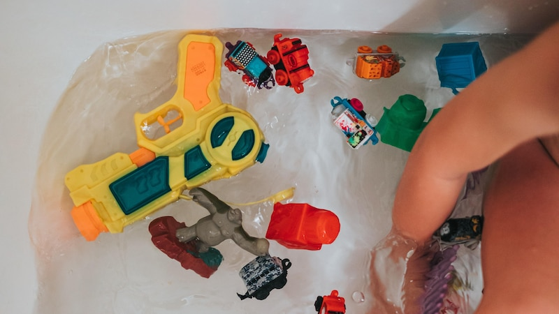 Das Lieblingsspielzeug in der Badewanne lenkt viele Kleinkinder ab. Währenddessen können die Haare gewaschen werden.