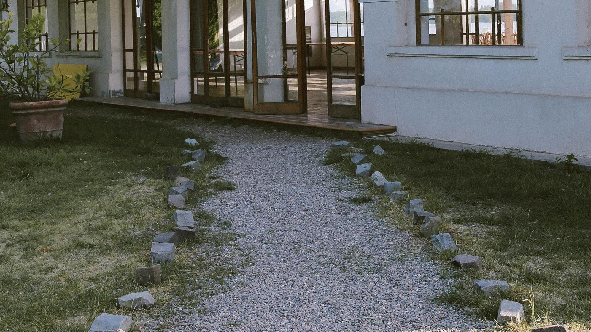 Gartenweg aus Kies anlegen: Tipps und Hinweise zur Gestaltung