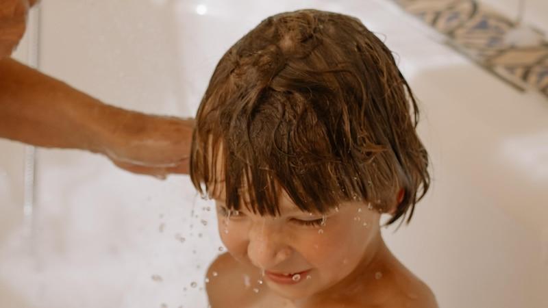 Oft lässt sich ein Kleinkind doch die Haare waschen, wenn es die Situation mitgestalten kann. Lassen Sie es ruhig ein schönes neues Shampoo auswählen oder erklären Sie ihm das Haare waschen mit einem liebevollen Kinderbuch.