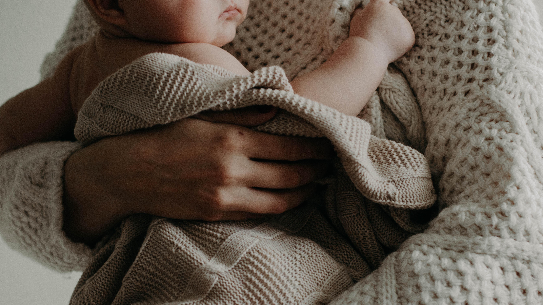 Zuckt das Baby im Bauch, ist es häufig selbst erschrocken davon.