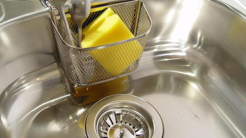 Die Spüle reinigen Sie am besten mit Wasser und Schwamm.