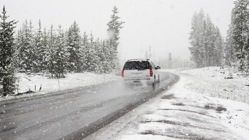 Sommerreifen bei Schnee - nicht nur keine gute Idee, sondern auch verboten.