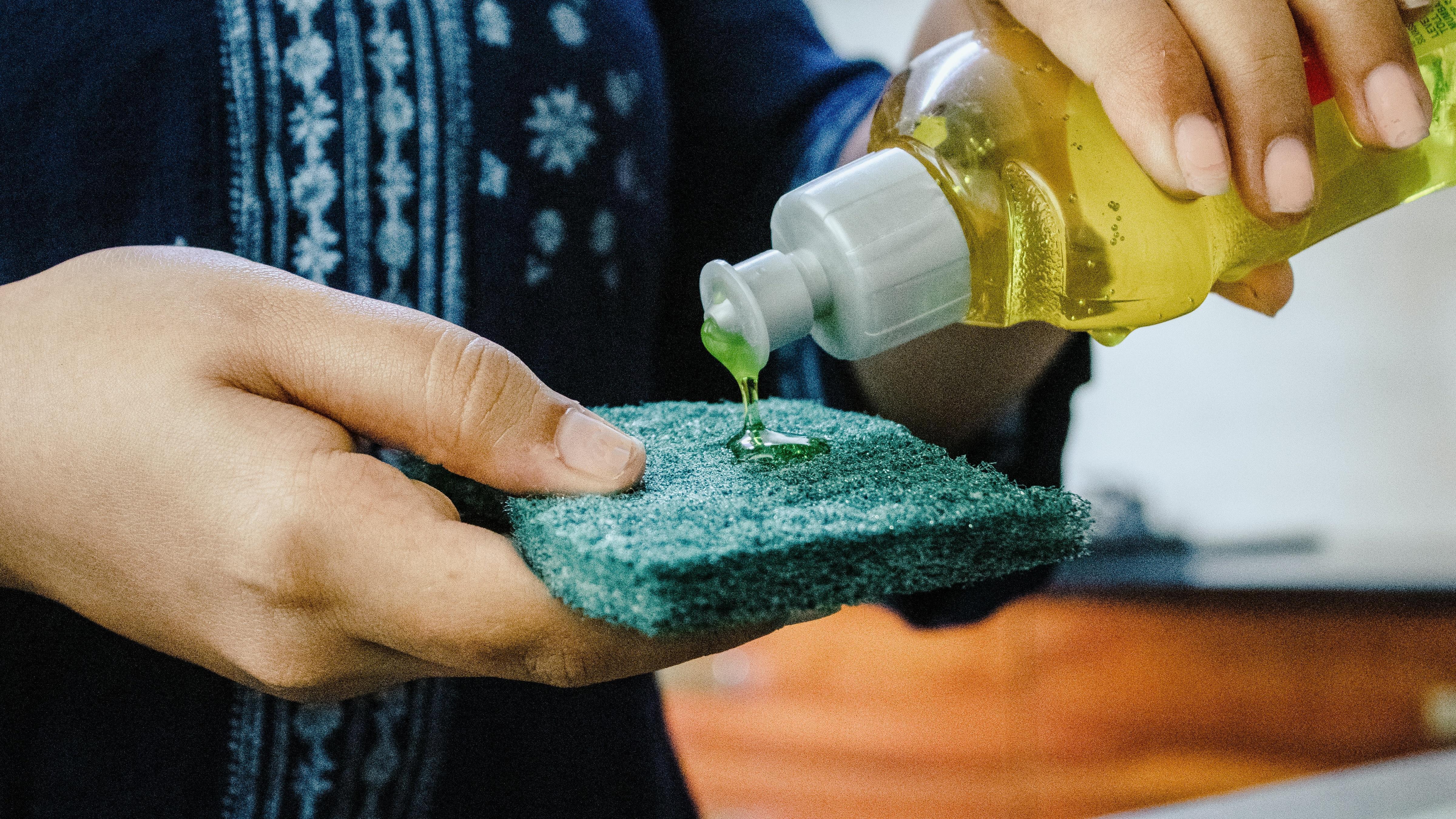 Um den Abfluss in der Küche zu reinigen und auf Dauer sauber zu halten, kann ein regelmäßiges Spülen mit Spülmittel helfen, Fett- und Essensreste zu lösen.