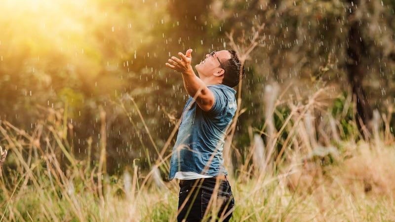 Einfach erklärt bedeutet Spiritualität den Glauben an eine höhere Wirklichkeit.
