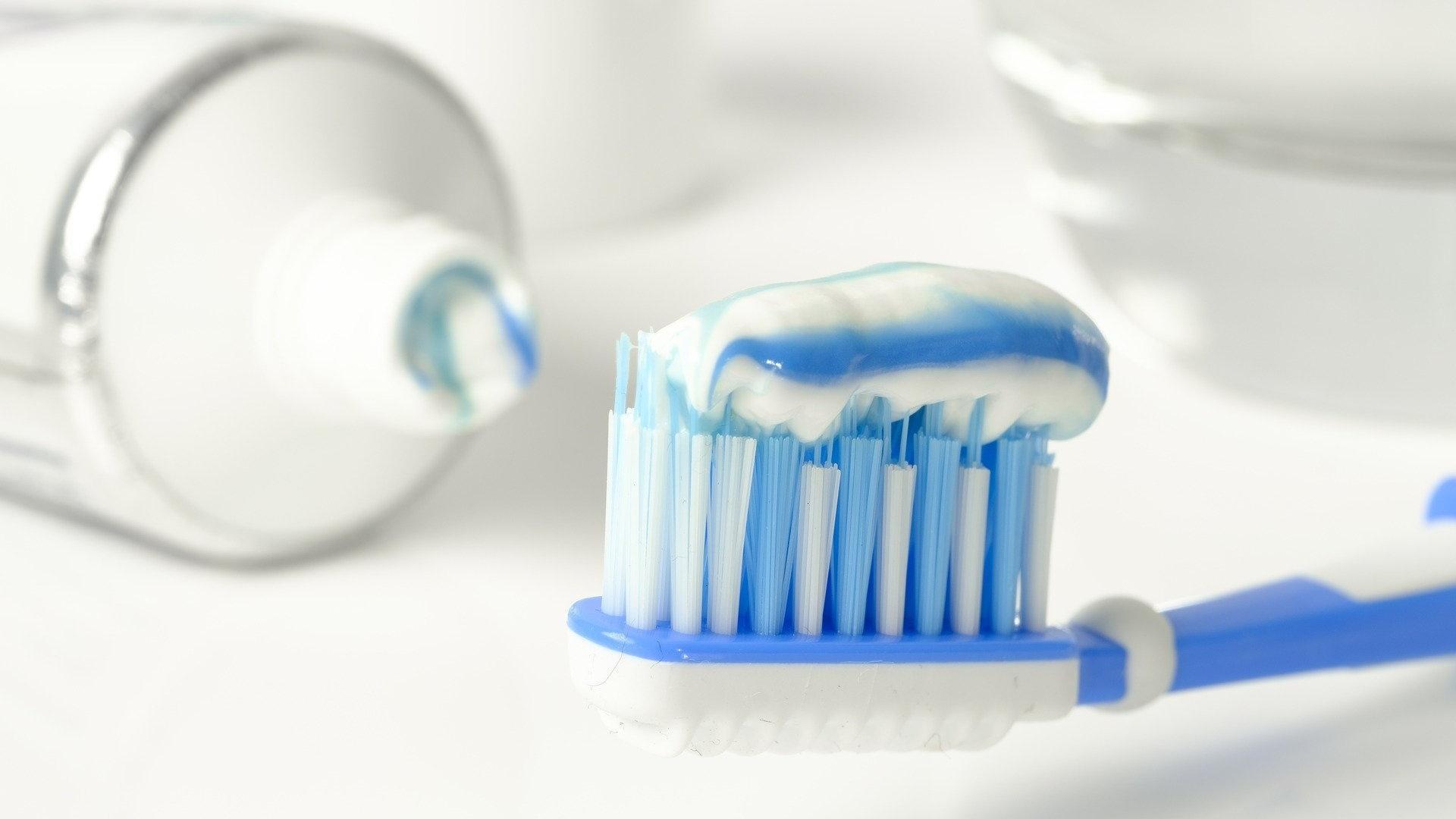 Um die Aufbissschiene täglich zu reinigen, eignet sich Zahnpasta. Sie wird auf eine separate Zahnbürste aufgetragen.