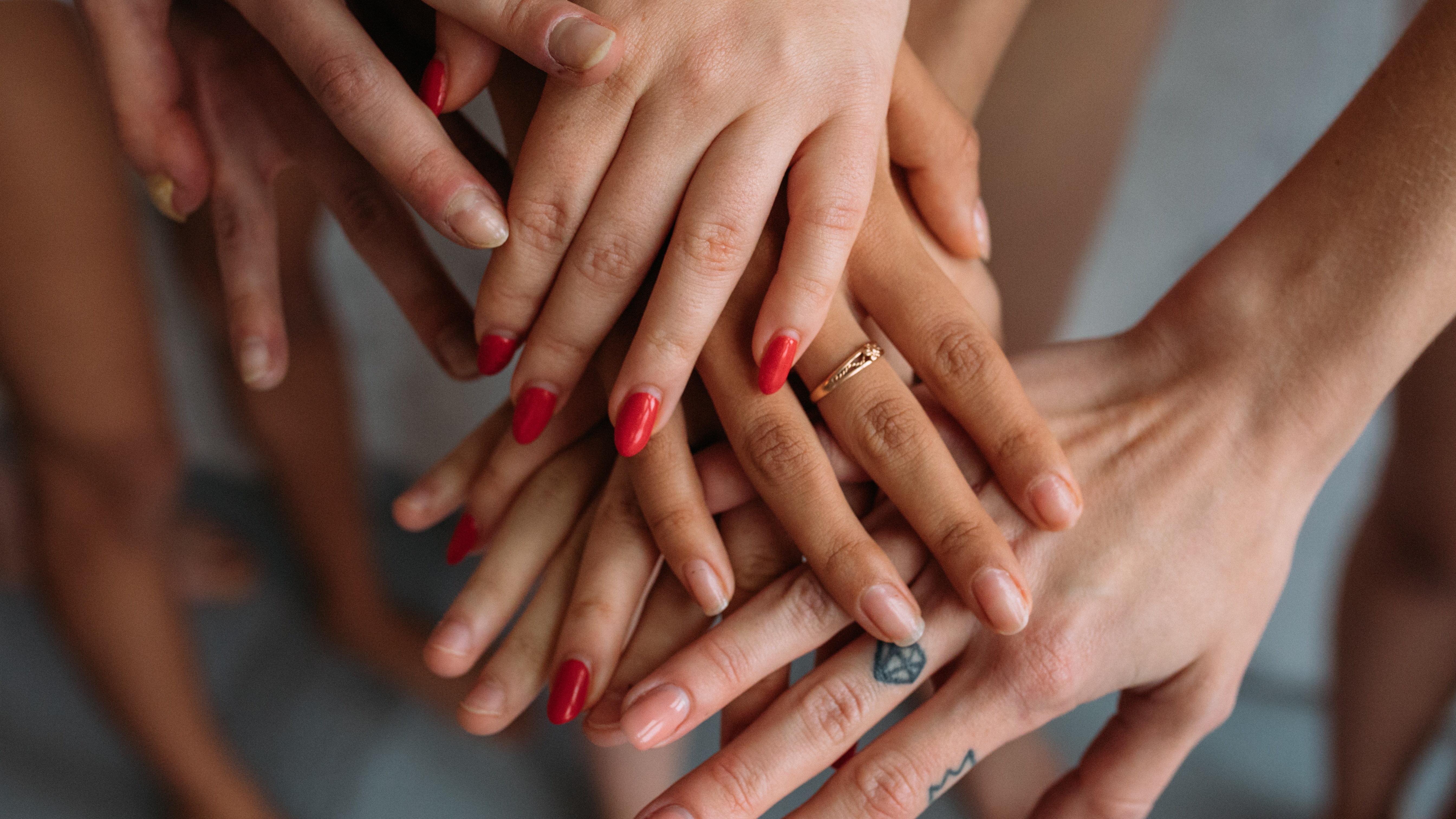 Wenn sich Frauen über die Hintergründe toxischer Weiblichkeit bewusst werden, können sie diese Verhaltensmuster hinter sich lassen.