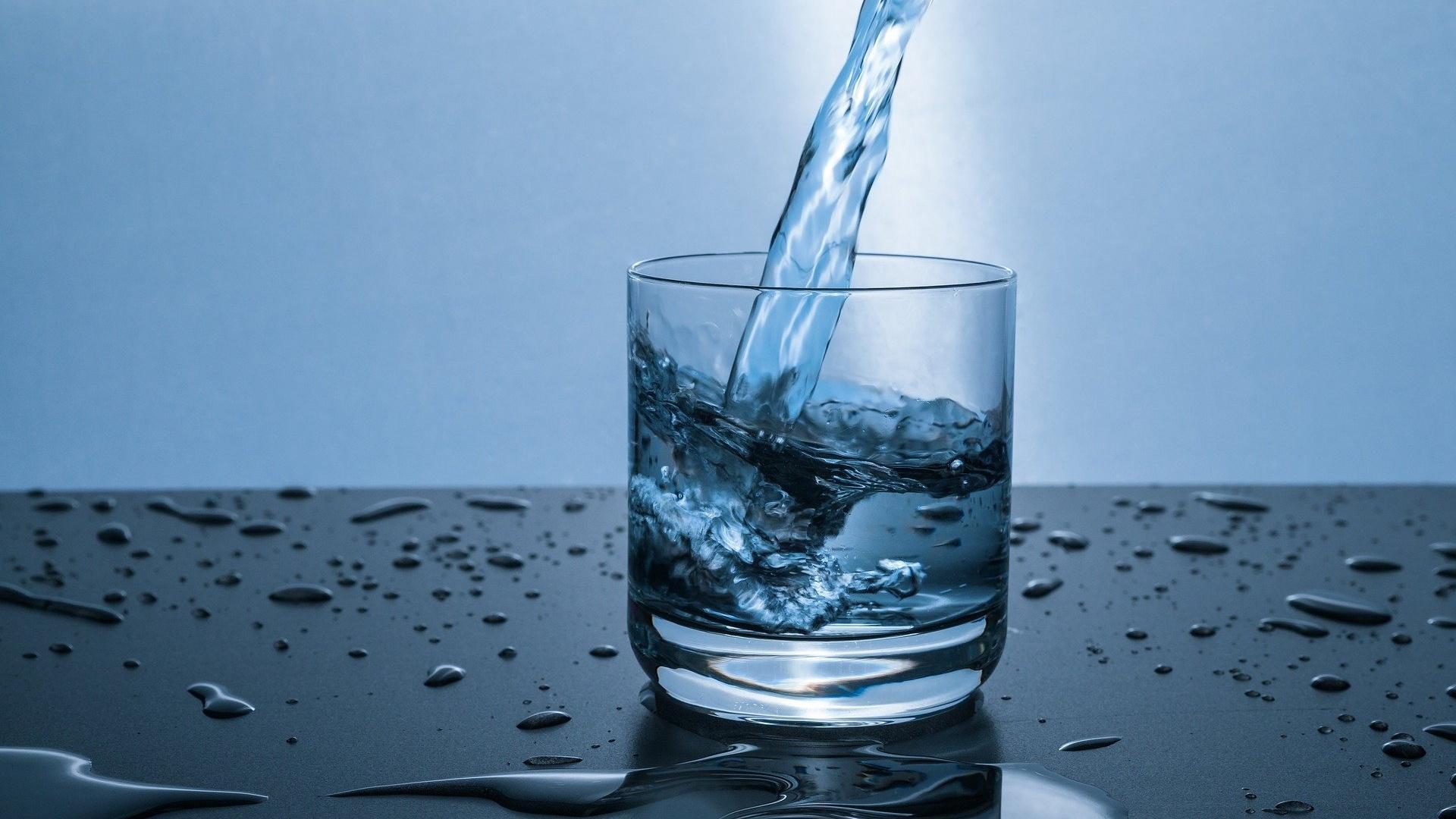 Eine ausreichende Flüssigkeitszufuhr hält die wichtigen Schleimhautbereiche feucht.