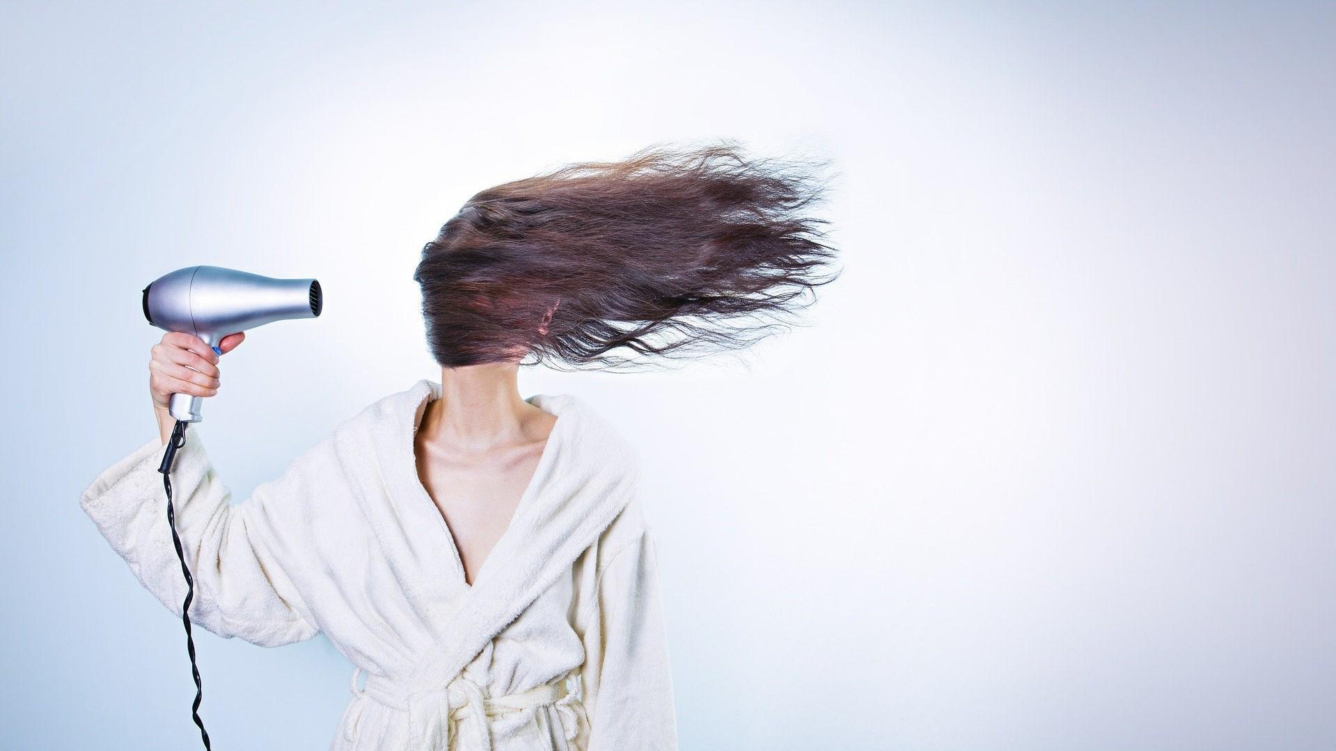 Ein Föhn eignet sich nicht nur zum Trocknen der Haare.