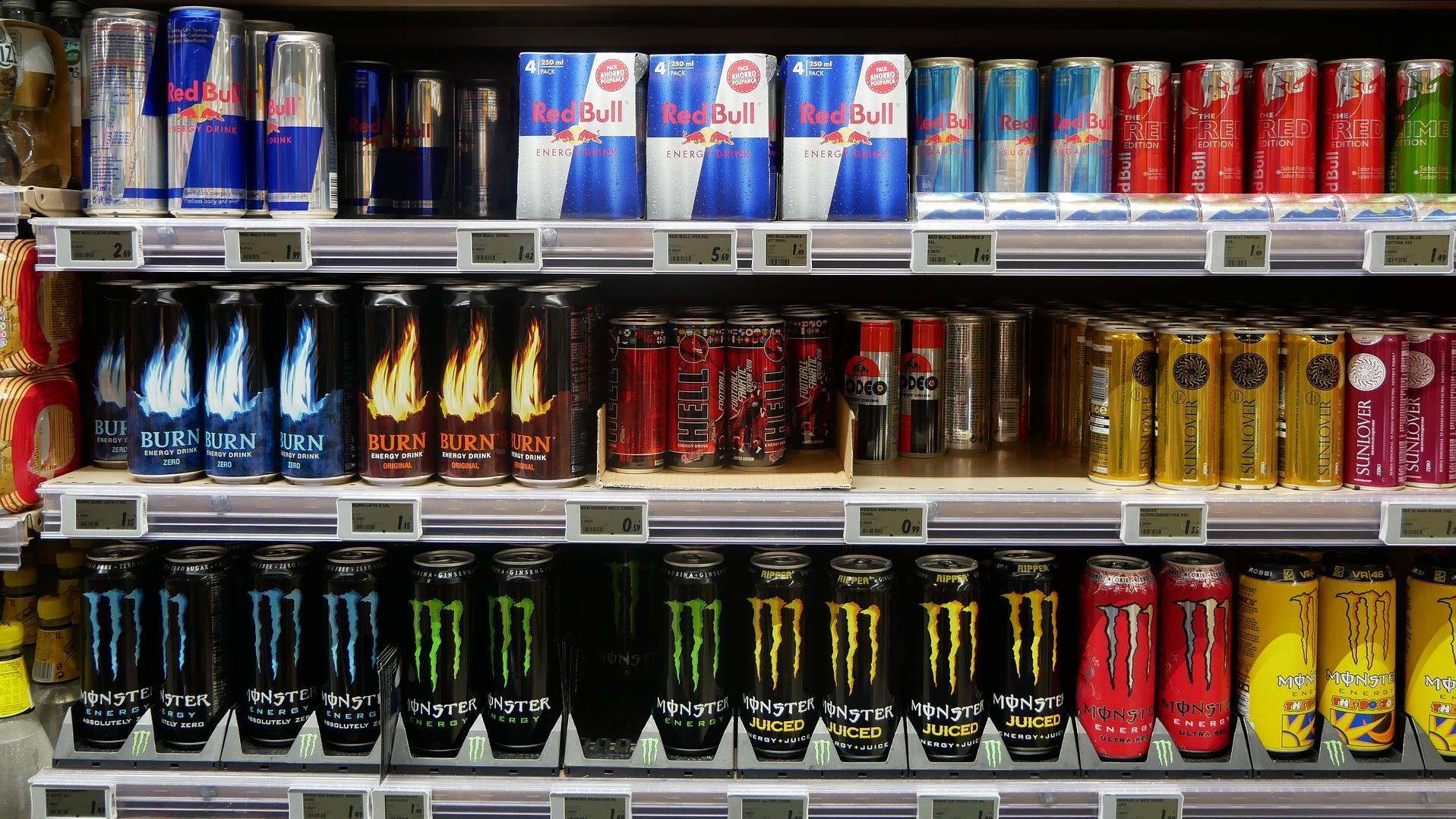 Vor dem Supermarktregal stellt sich die Frage, ab wann man Red Bull trinken und kaufen darf. Bisher gibt es dazu allerdings keine gesetzlichen Vorgaben.
