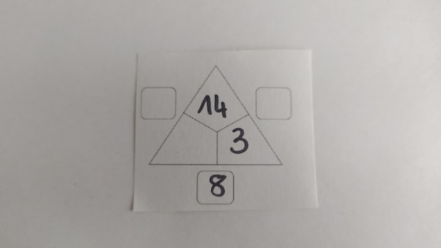 Beispiel 1: Rechendreiecke haben bereits einige Zahlen vorgegeben. Die anderen ermittelt der Schüler mittels Addition und Subtraktion.