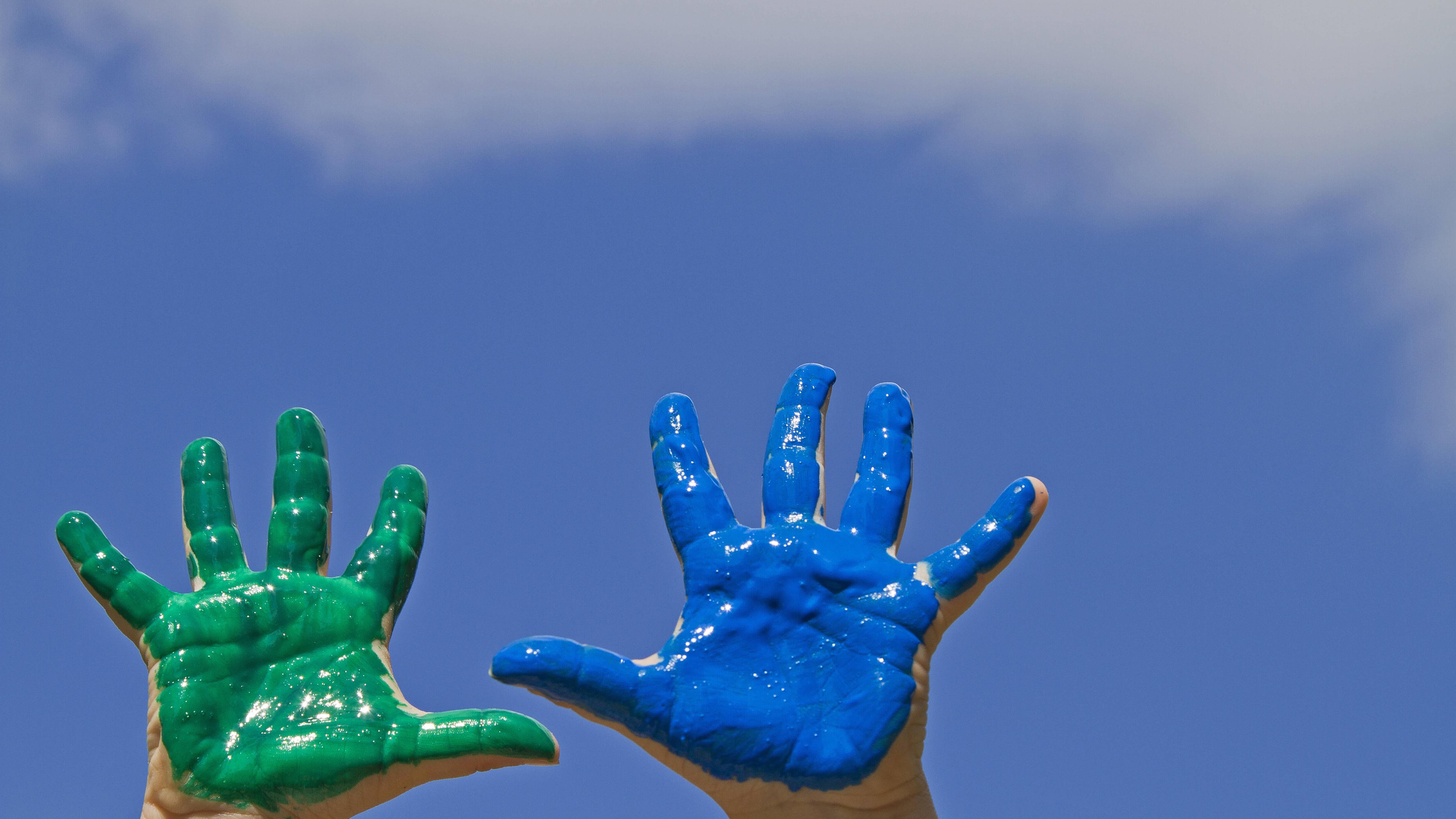 Mit Fingerfarbe können Sie Fenster bemalen.