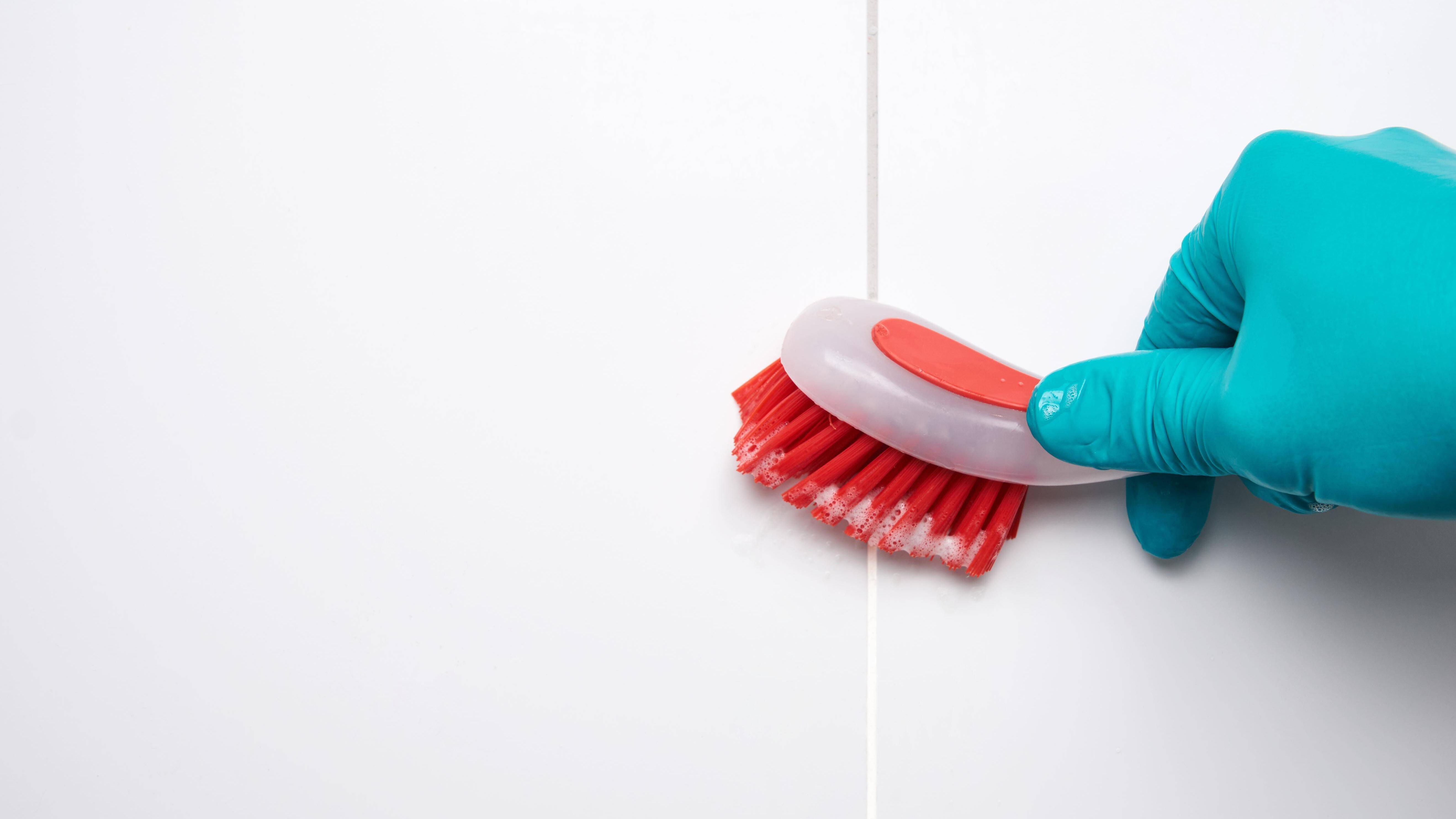 Mit Hausmitteln oder chemischen Reinigern entfernen Sie Schimmel auf Silikon.