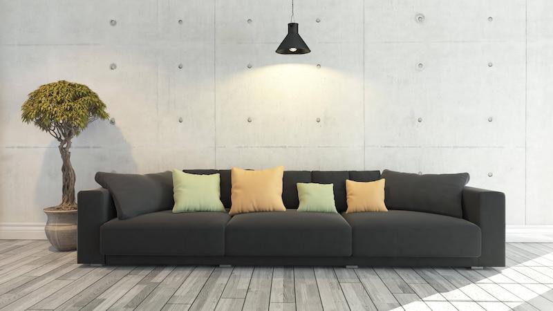 Wasserflecken vom Sofa entfernen: Tipps und die besten Hausmittel