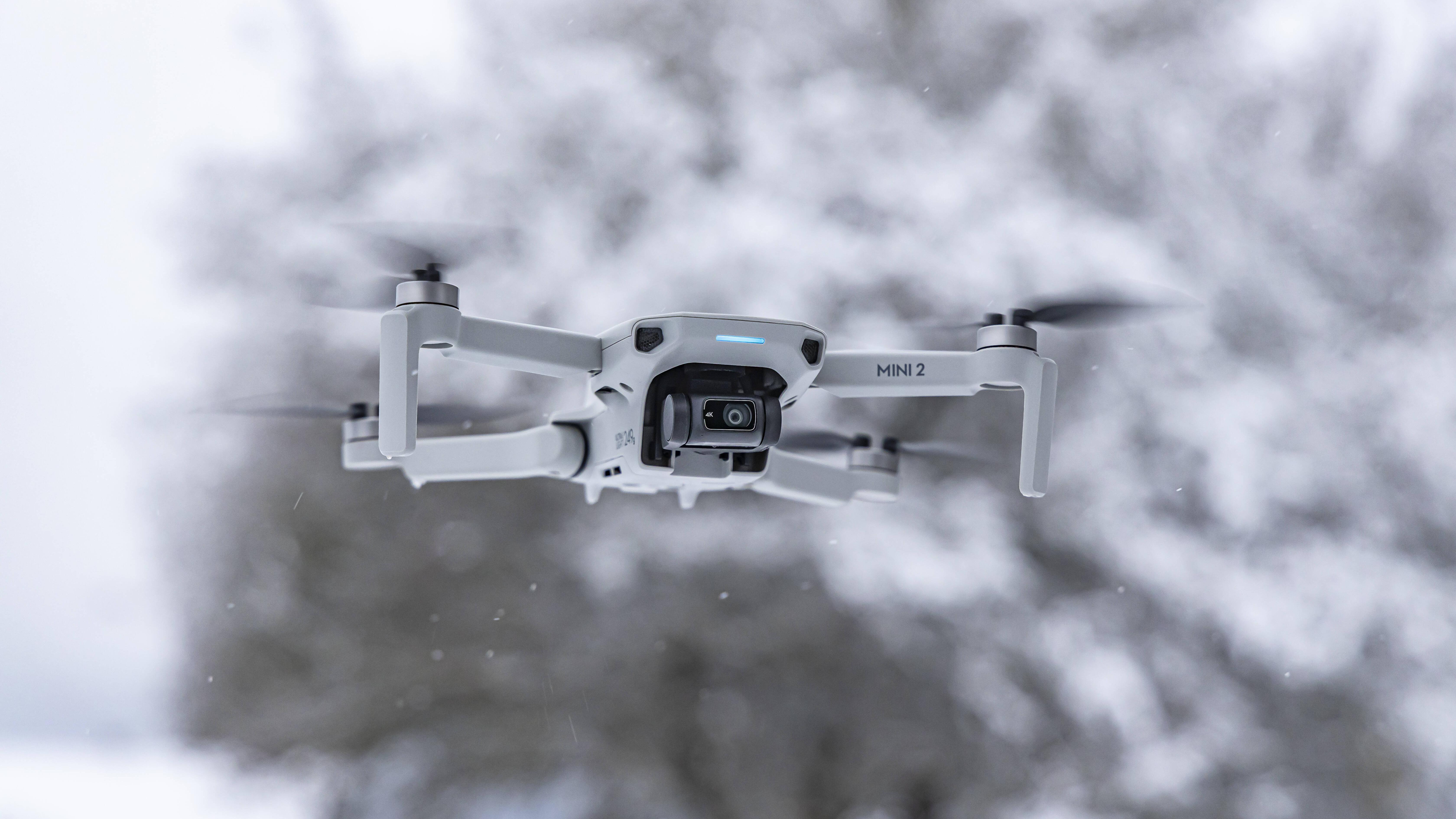 Die DJI Mini 2 ist eines der beliebtesten Drohnenmodelle für Freizeit- und Hobbyflieger.