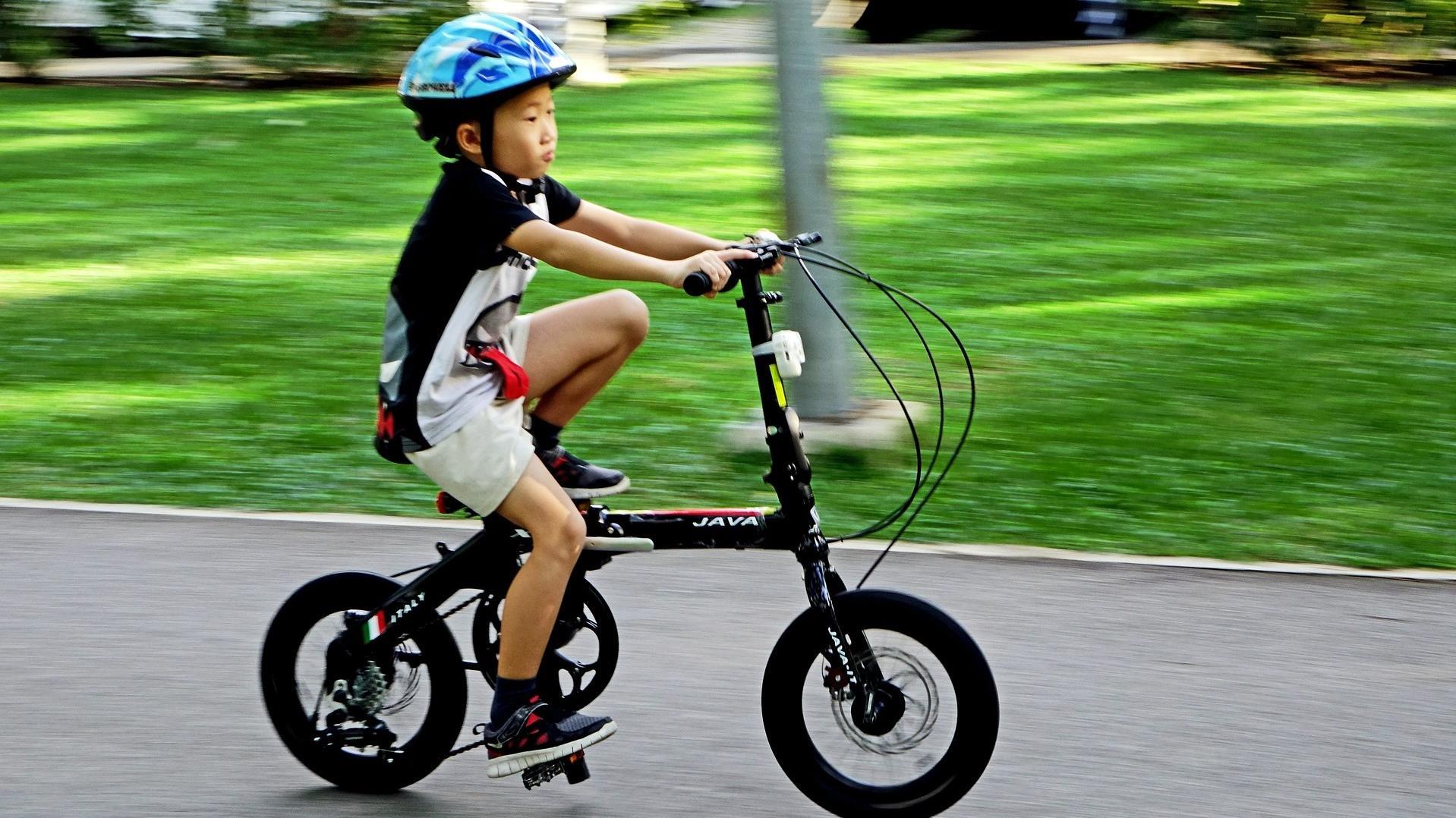In manchen Ländern besteht für radelnde Kinder eine Helmpflicht.