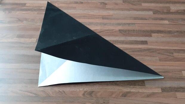 Pinguin falten: Falten Sie das Papier in der Mitte, klappen Sie es auseinander und falten es erneut von der anderen Seite.
