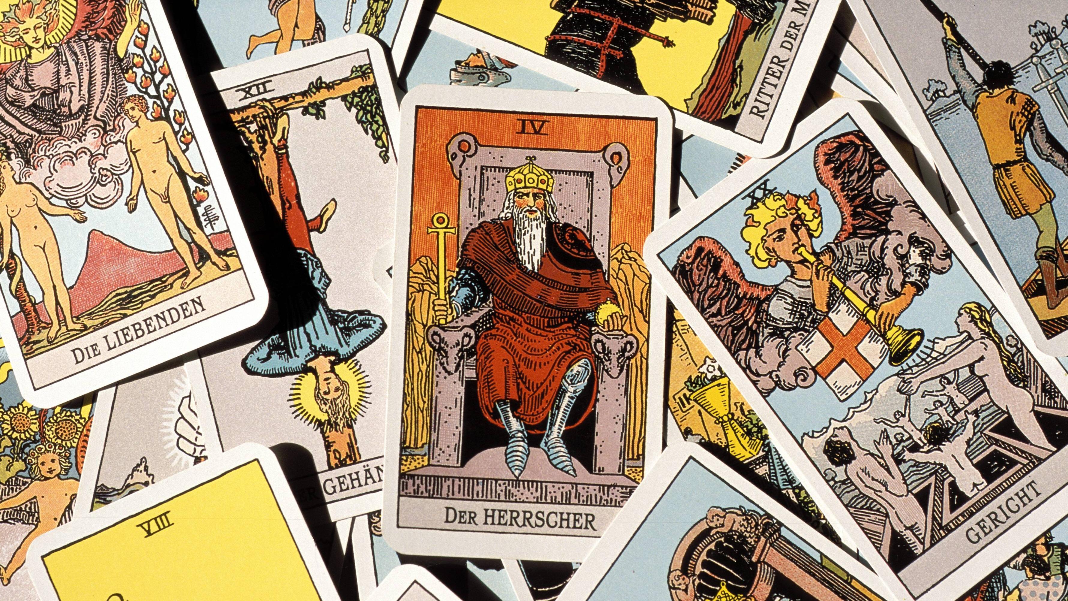 Tarot: Dem Herrscher kommt beim Kartenlegen ein Trumpf-Status zu. Er wird mit unterschiedlichen Bedeutungen assoziiert.