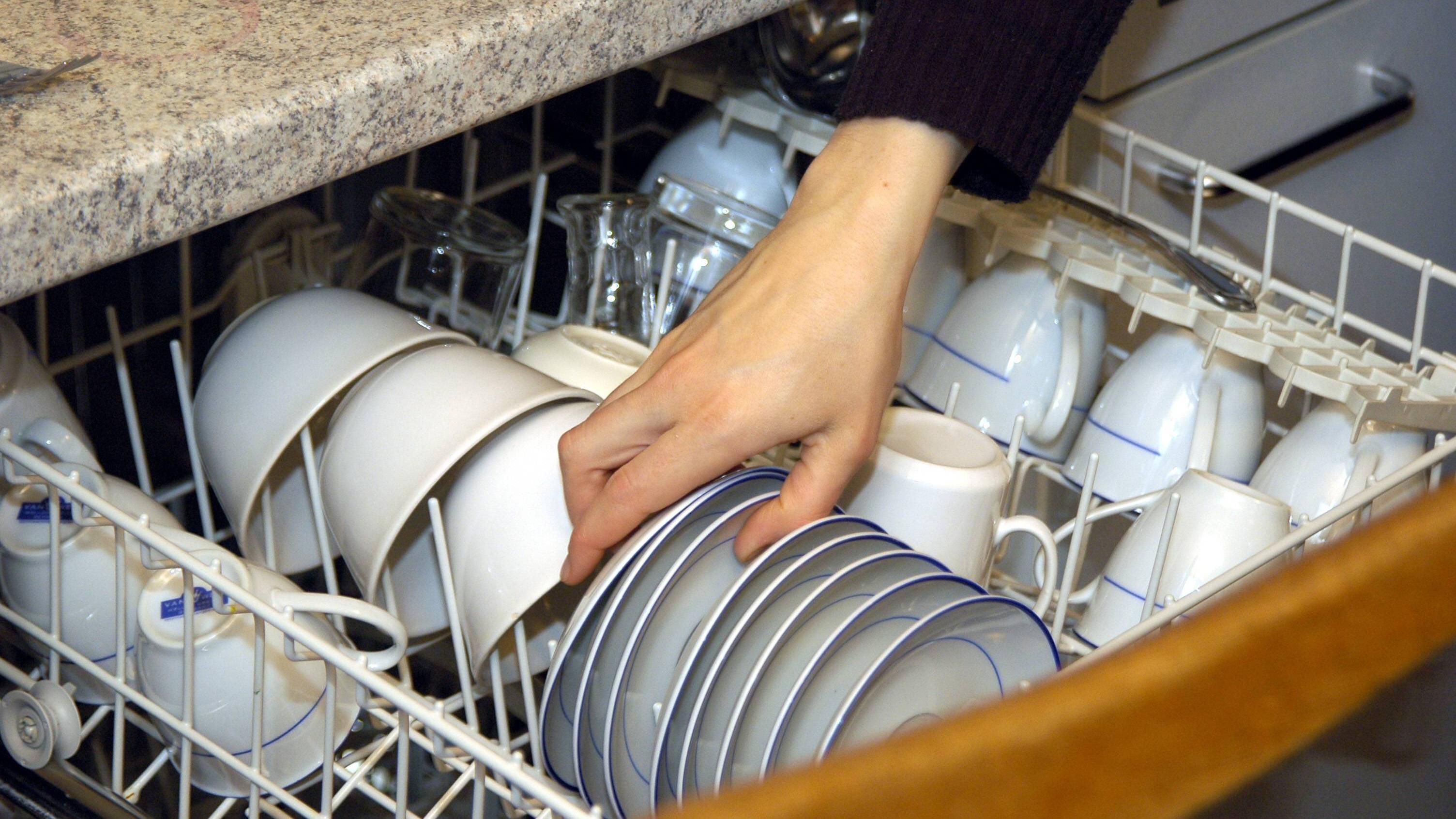 Spülmaschine richtig einräumen - so wird alles sauber