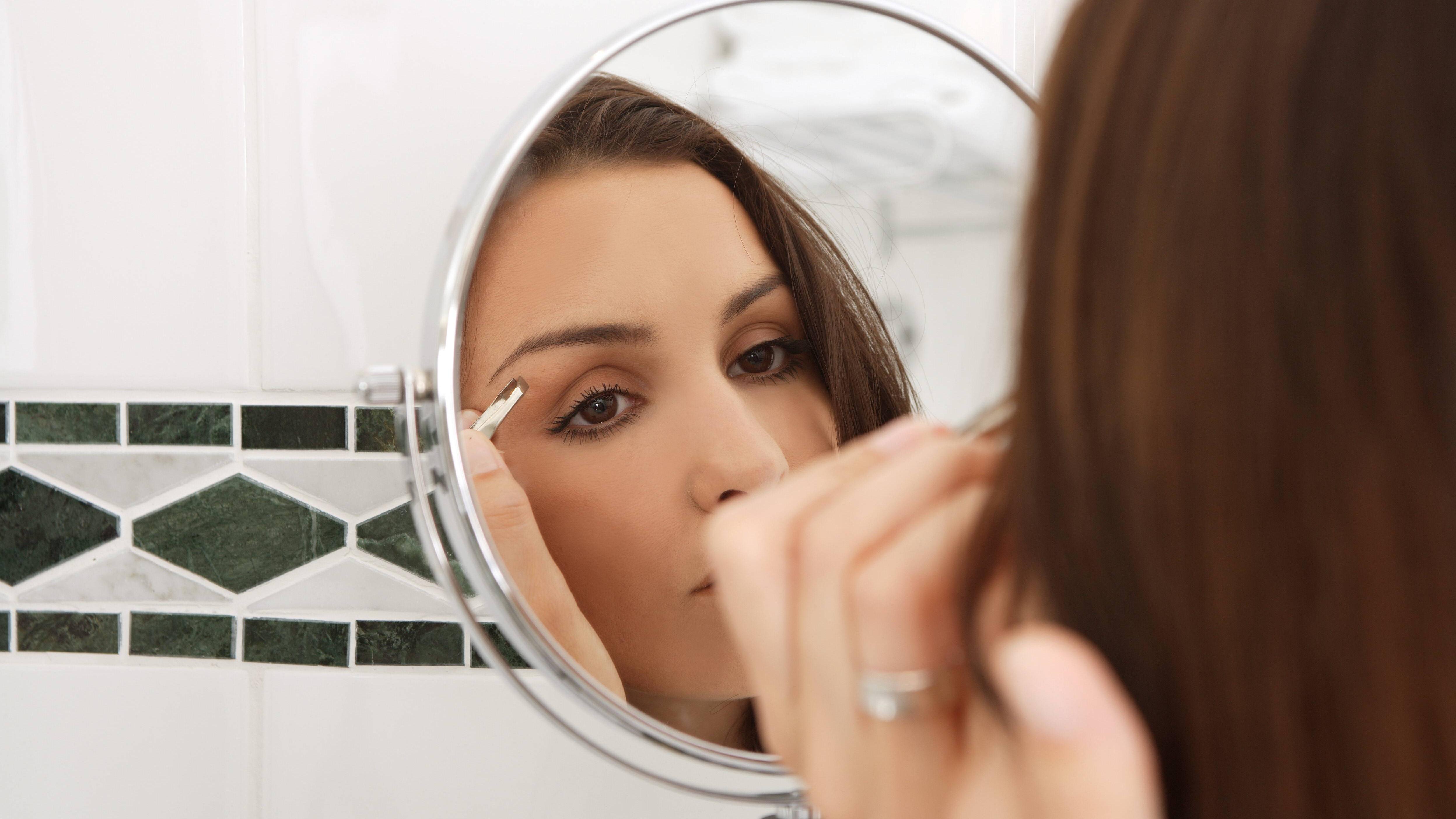 Dünne, nach oben gekämmte Augenbrauen heben Schlupflider optisch an.