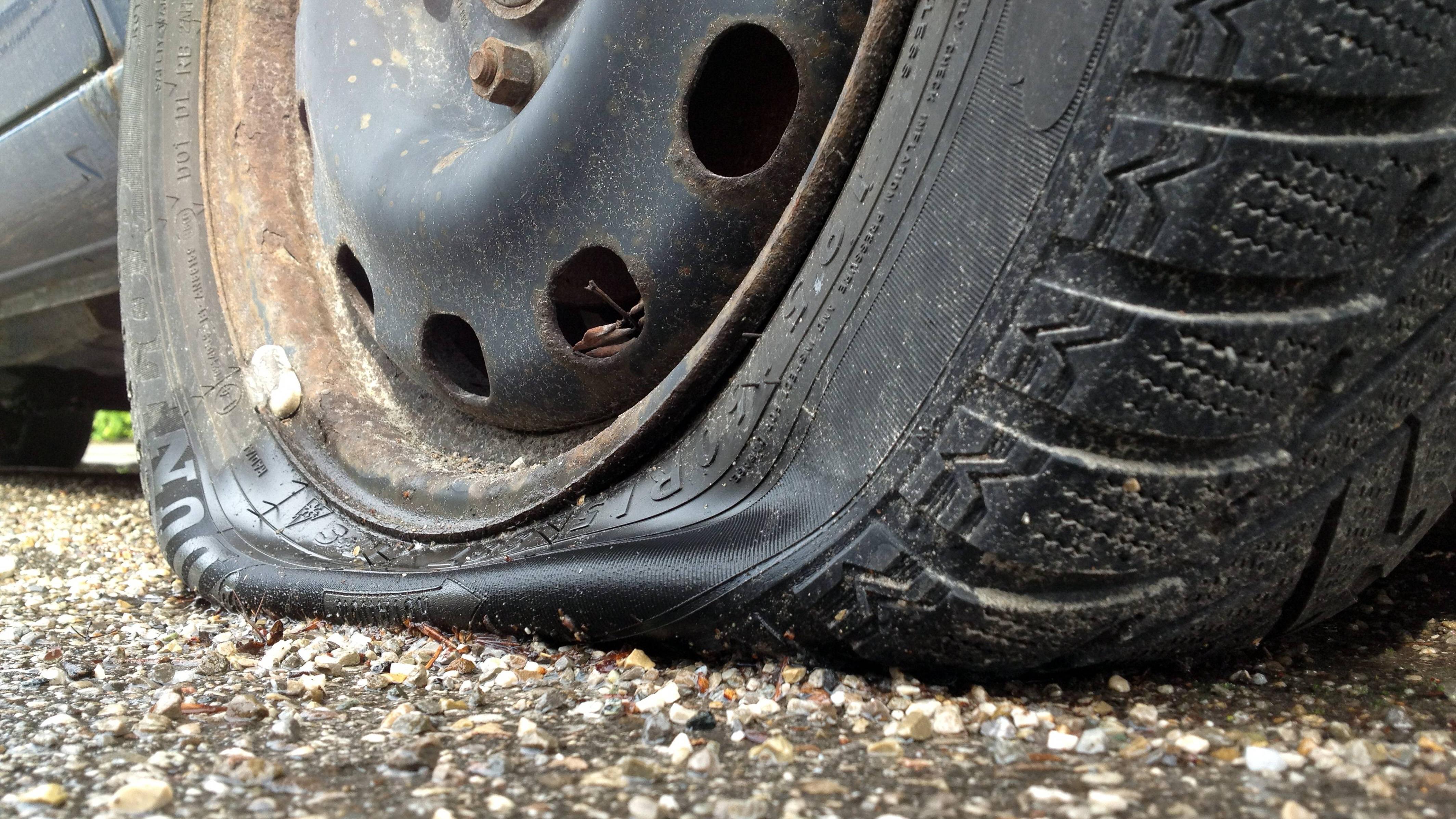 Mit platten Reifen fahren: Tipps zur Fahrweise