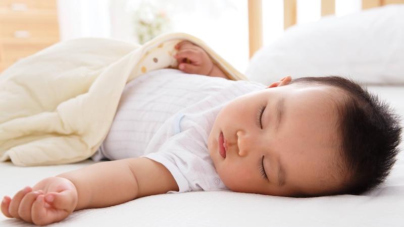 Baby schläft nicht alleine: Diese Tipps helfen