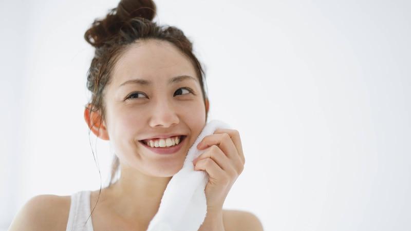 Vitamine für die Haut erfüllen viele wichtige Funktionen und können sowohl oral eingenommen, als auch äußerlich als Bestandteil von Pflegeprodukten aufgetragen werden.