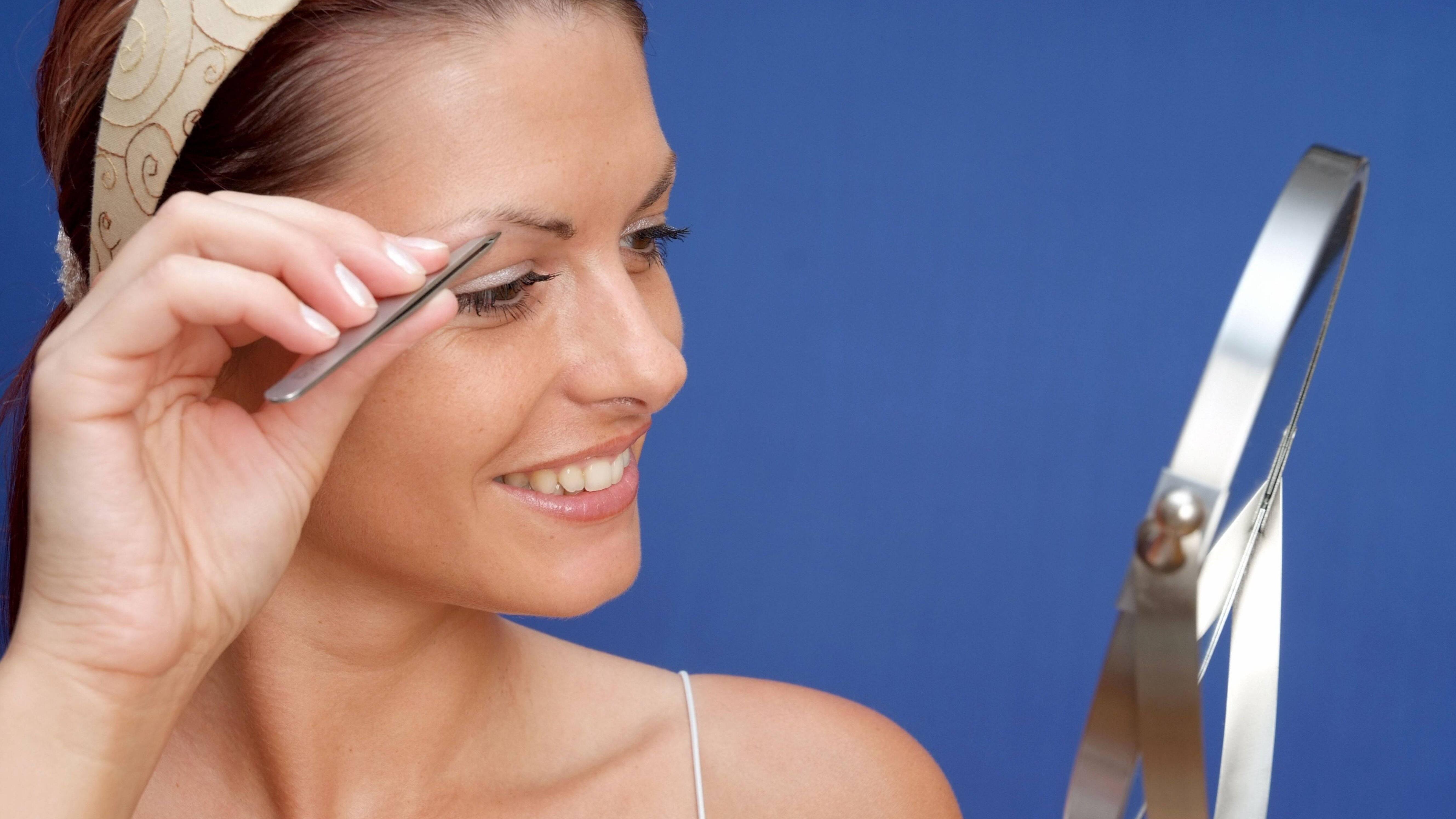 Um die Augenbrauen zu pflegen, sollten Sie sich eine gute Pinzette zulegen.
